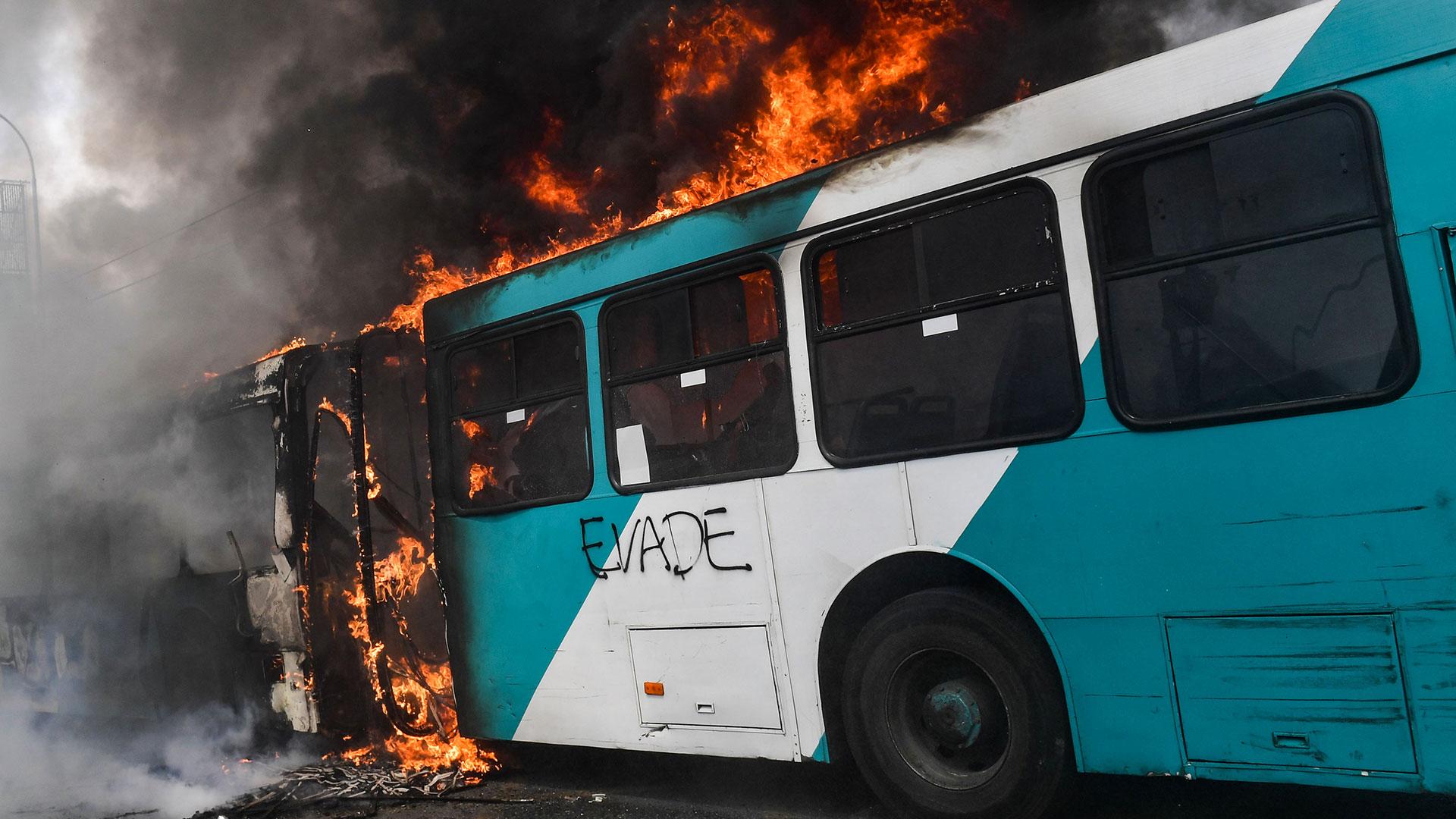 Un autobús en llamas con la palabra