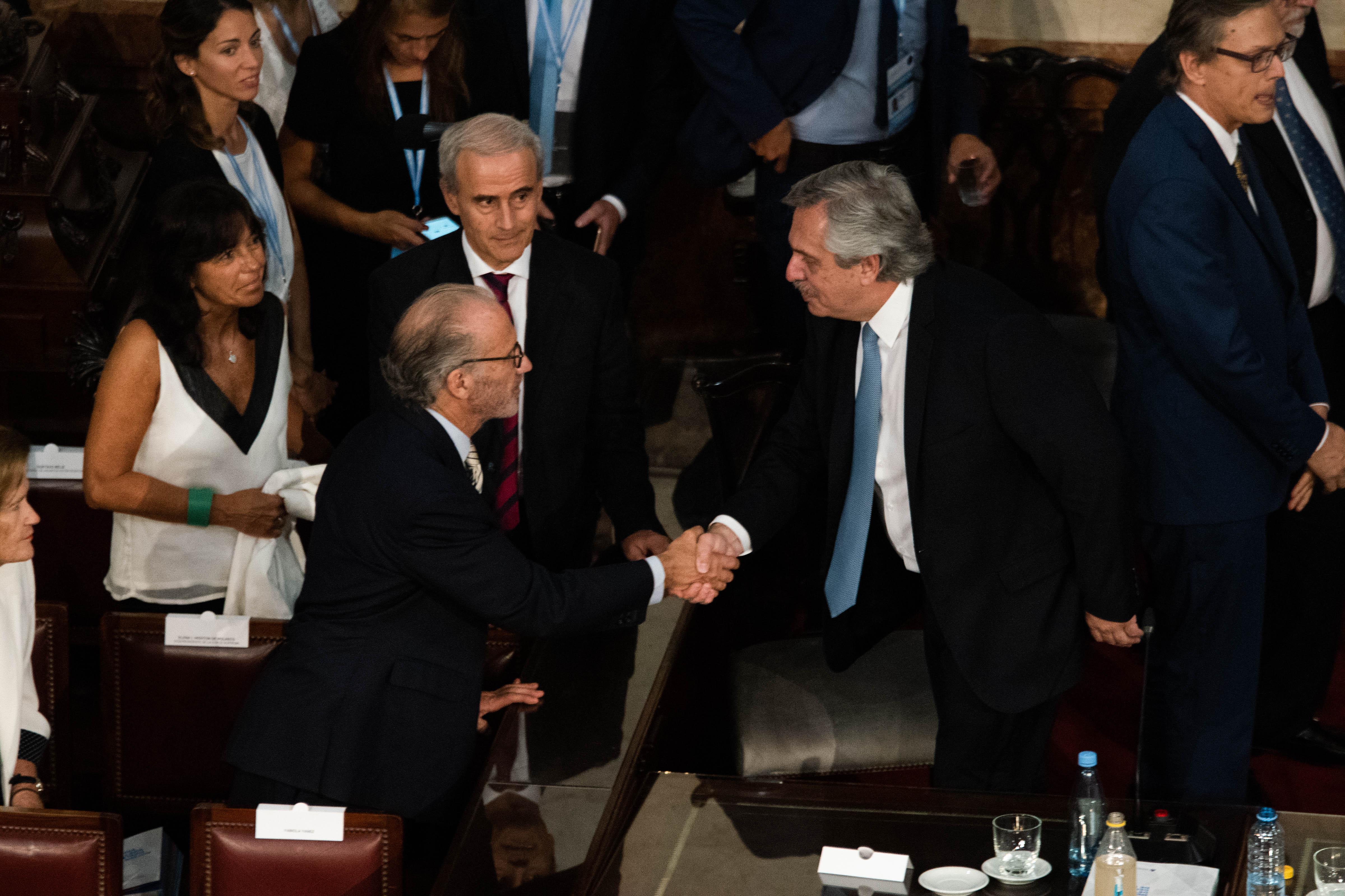 El Presidente saluda a Carlos Rosenkrantz, presidente de la Corte Suprema de Justicia