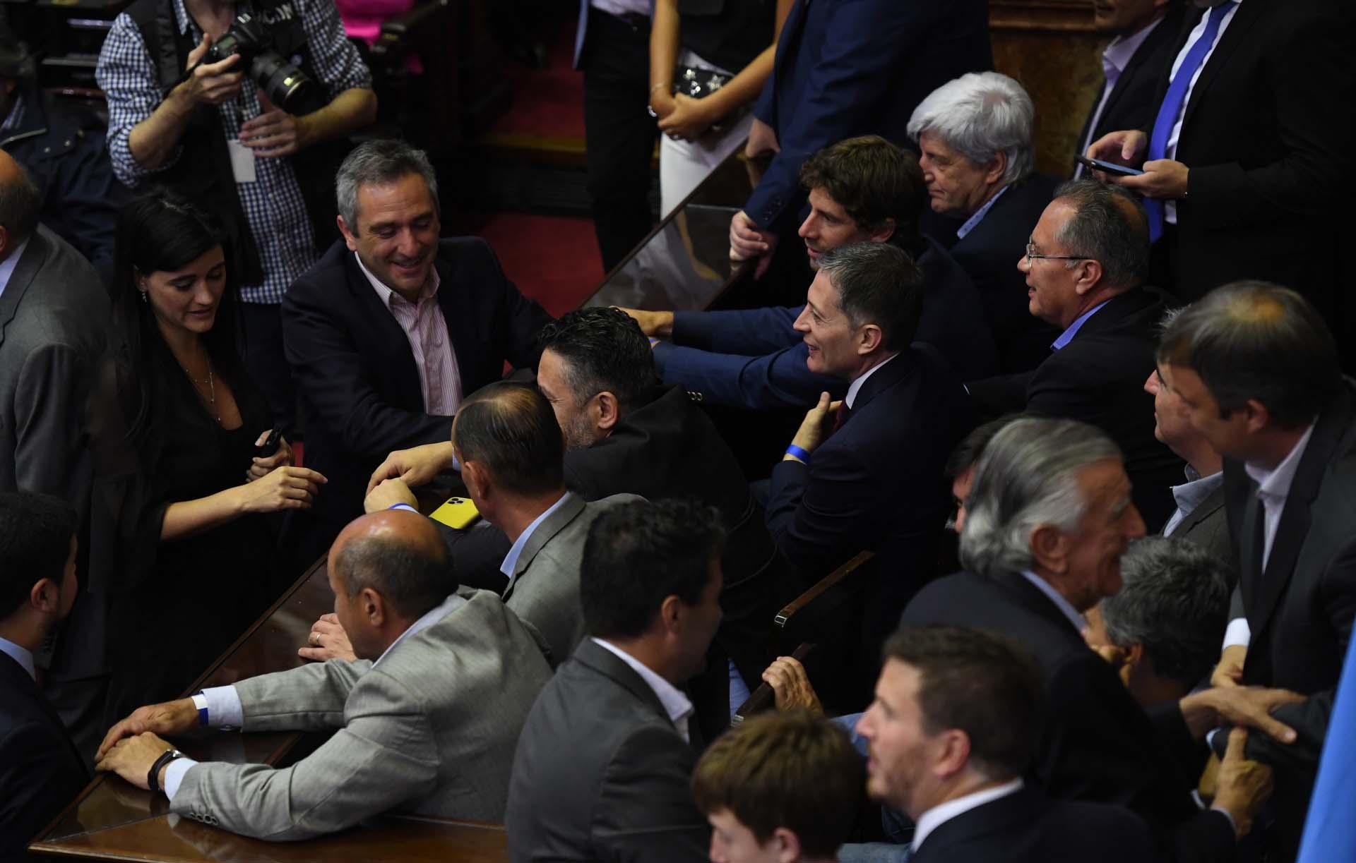 El intendente de Esteban Echeverría, Fernando Gray, junto a otros intendentes bonaerenses, presentes en el Congreso