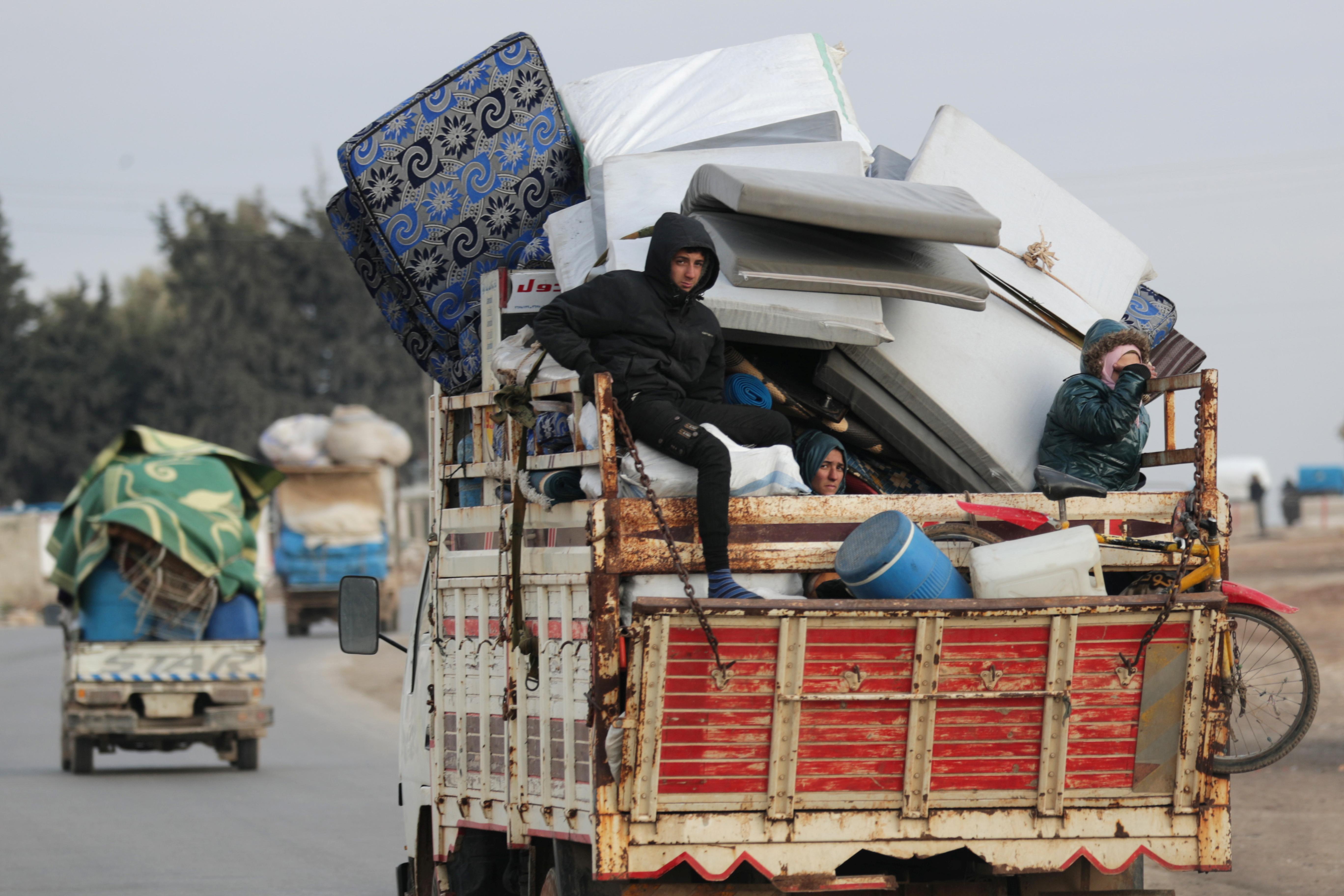 Una familia escapa de Azaz con todas sus pertenencias a bordo de un camión