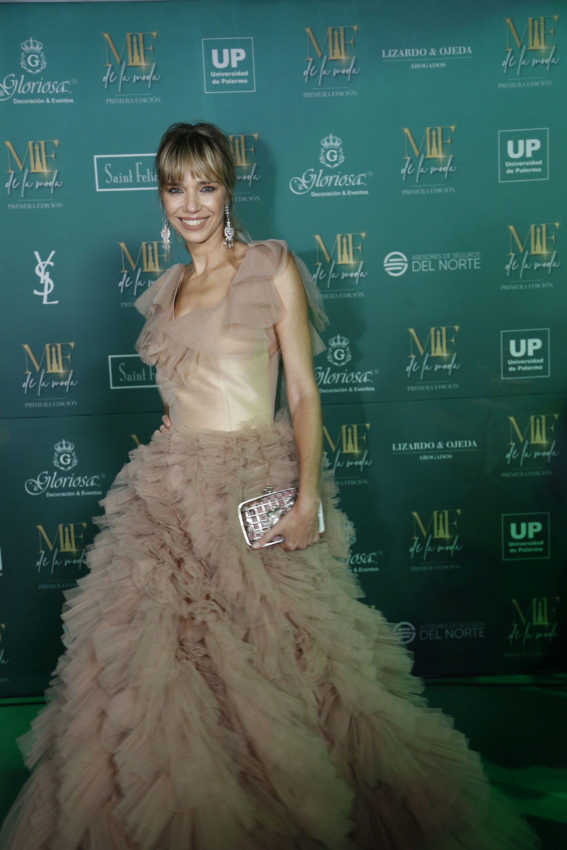 Lorena Ceresoli, vestida con un diseño de Javier Saiach, con un escote en V y falda con randas rectas de tul plisado a mano en color nude