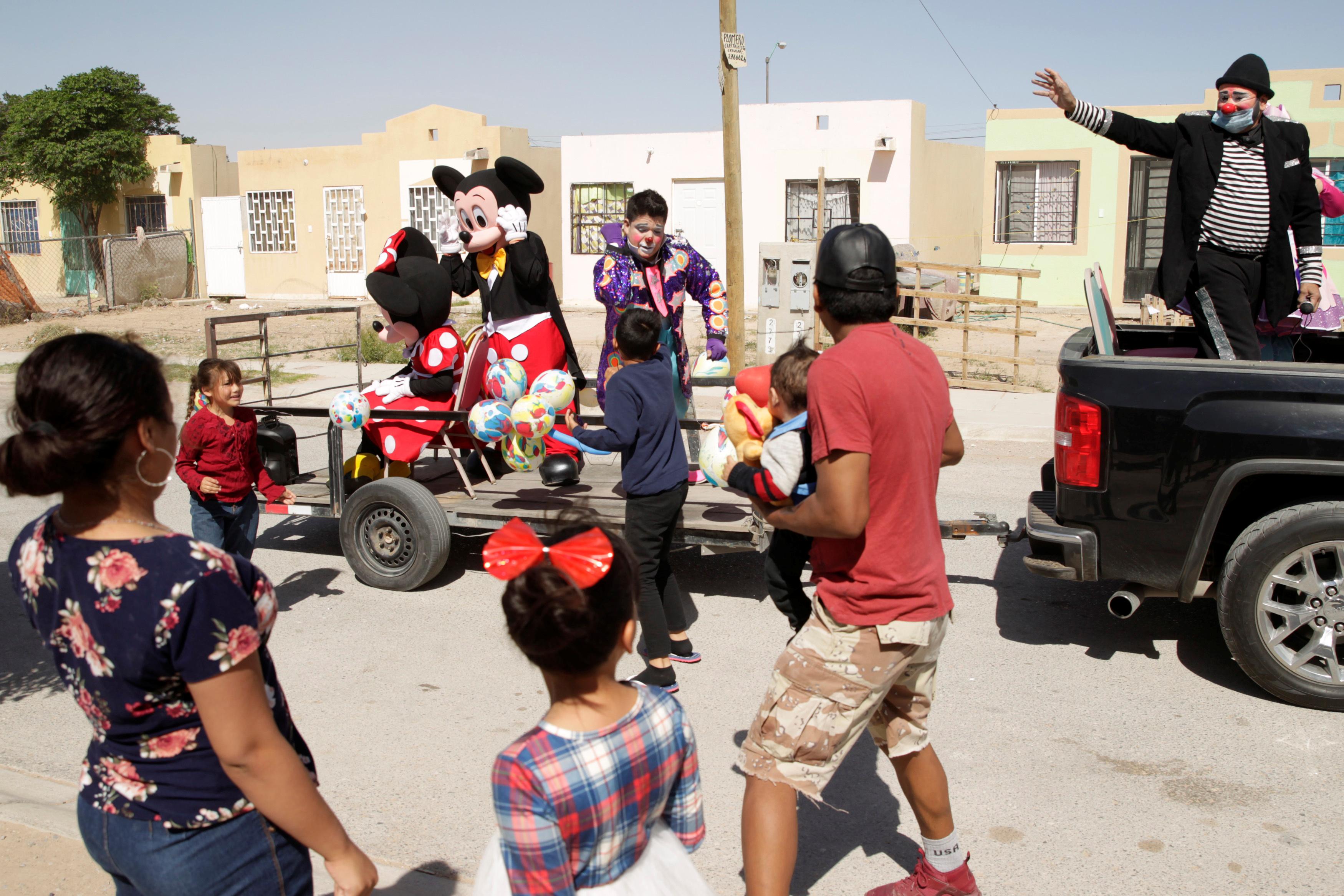 MÉXICO - En Ciudad Juarez un grupo de ciudadanos se disfrazaron para entretener a los más chicos durante la cuarentena que rige en esa nación y en este Domingo de Pascuas