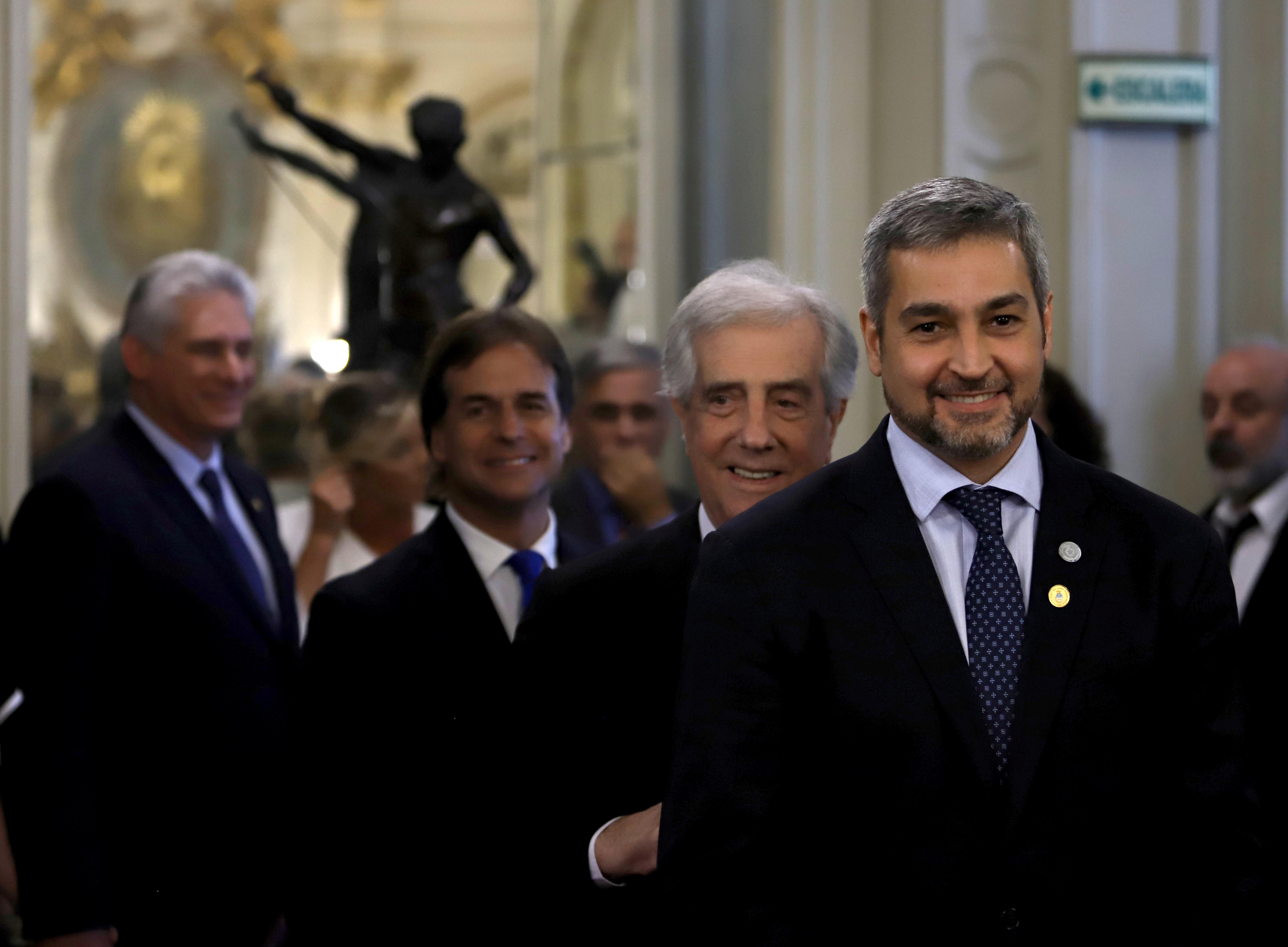 El presidente de Paraguay Mario Abdo Benitez. Detrás, su par de Uruguay Tabare Vazquez y su sucesor electo Luis Lacalle Pou (Reuters)