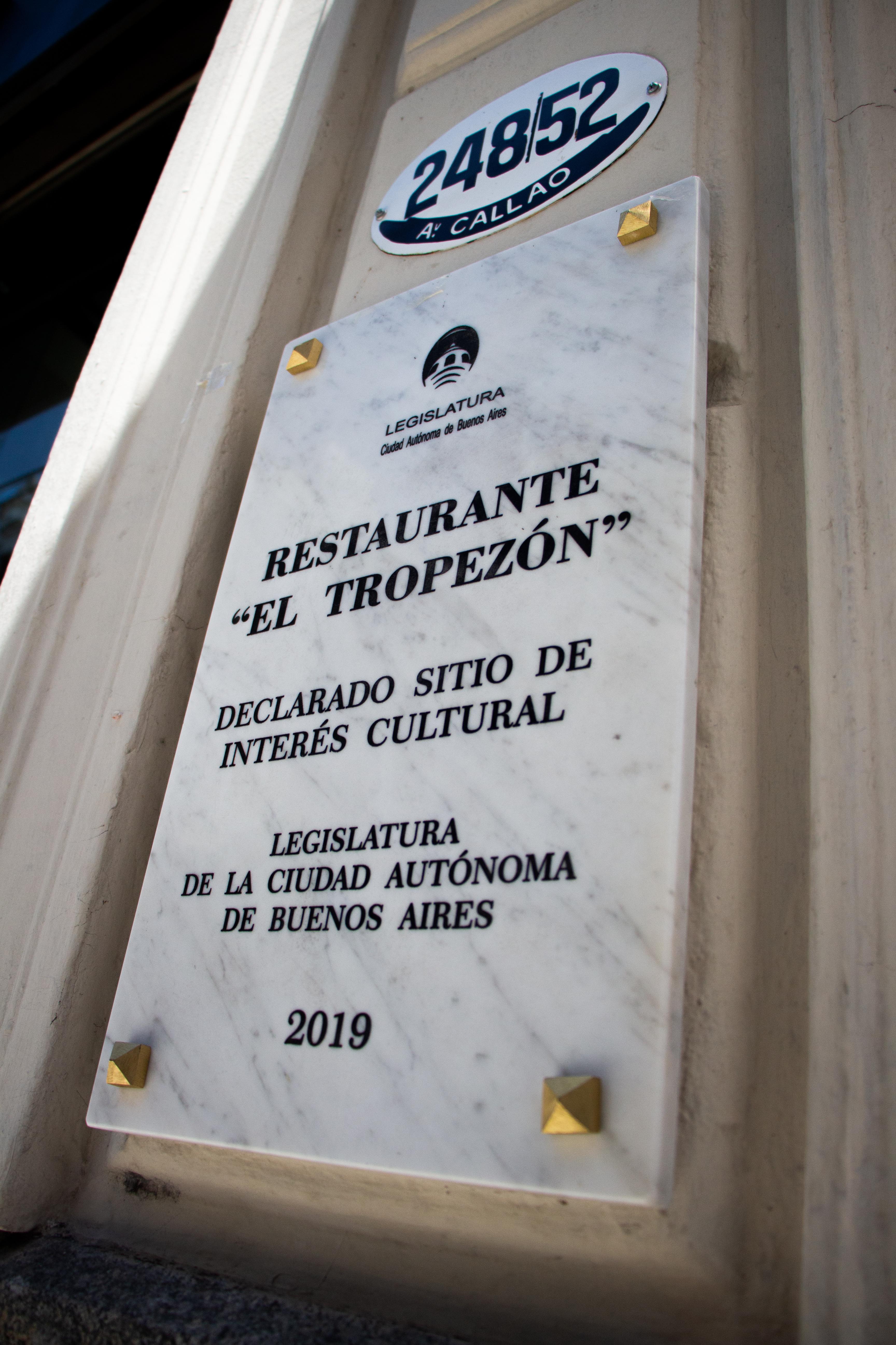 La placa fue colocada en el exterior del restaurante y busca que aquellos que transitan a diario miren con