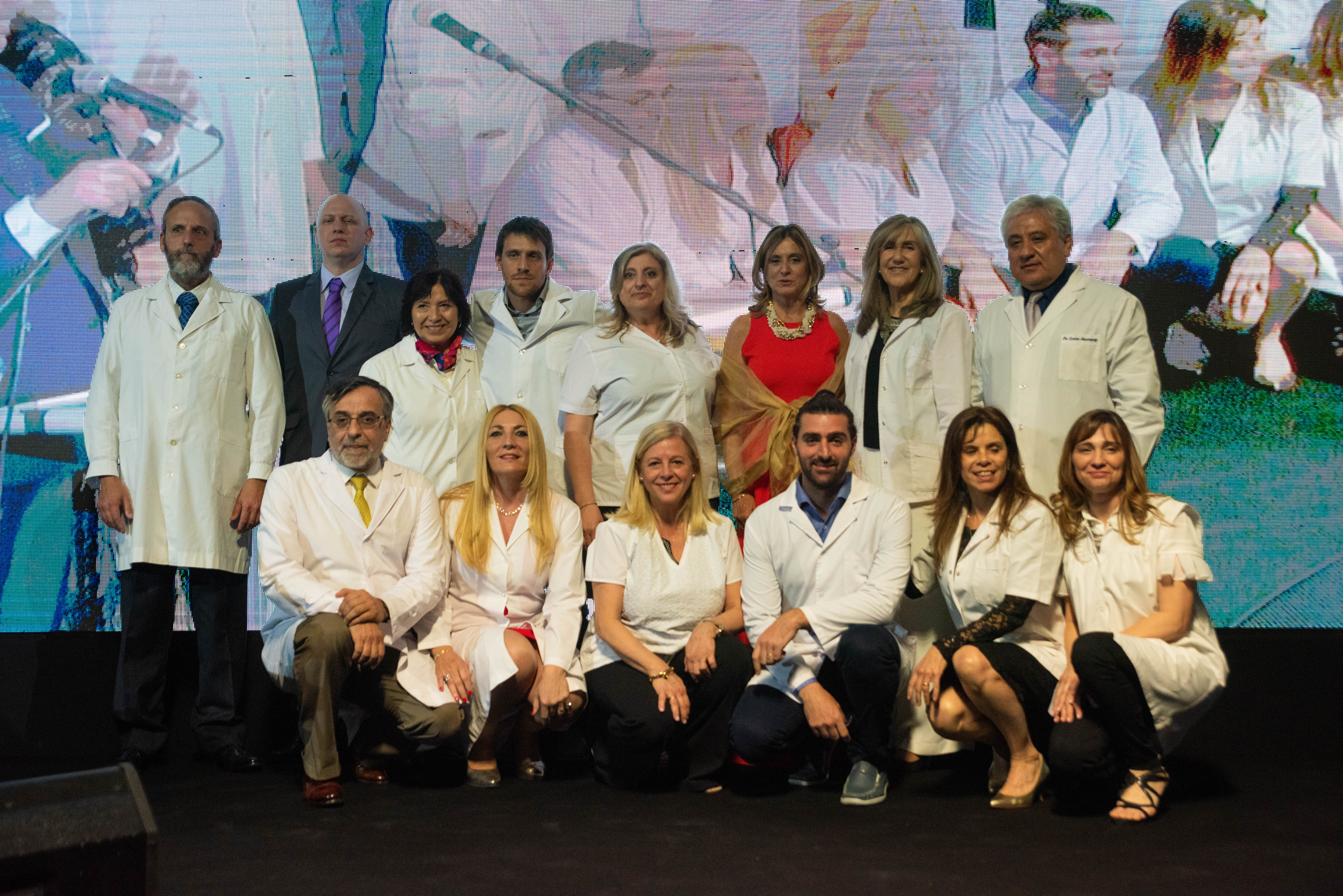 Josefina González Gerrico, presidente de COAS, y Fernando Cichero, director del Hospital de Rehabilitación Manuel Rocca, junto al equipo médico de ese nosocomio