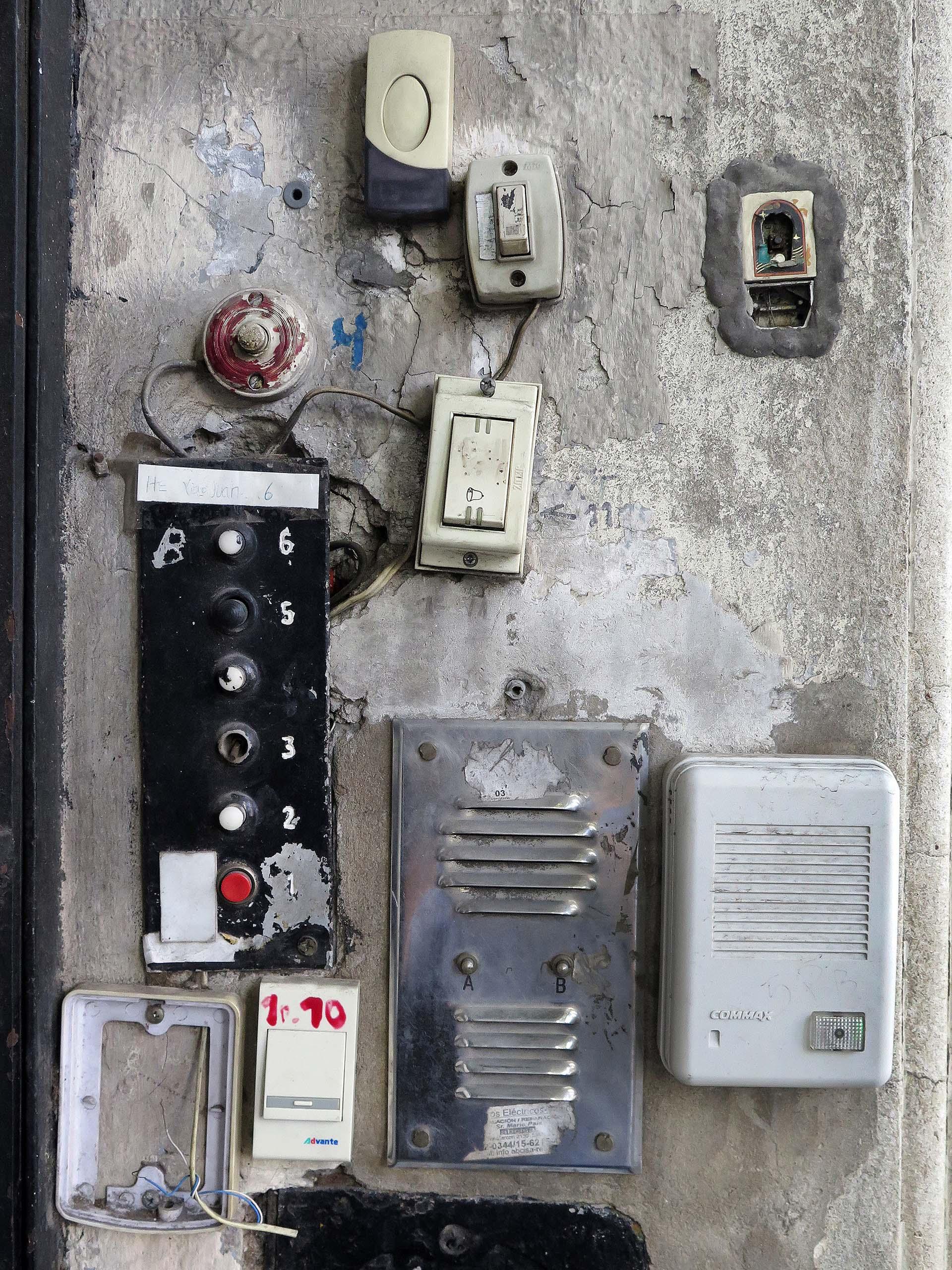 La foto de un pedazo de pared en la avenida Hipólito Yrigoyen frente la Facultad de Psicología: