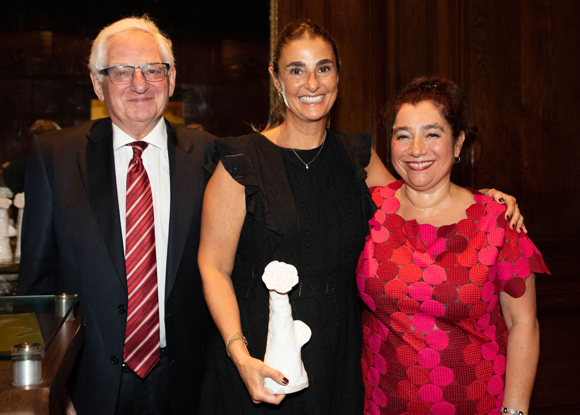 """La directora ejecutiva de La Flia, Gabriela Galaretto, recibió la distinción en representación de esa productora de contenidos, reconocida por programas como """"El Bailando""""."""