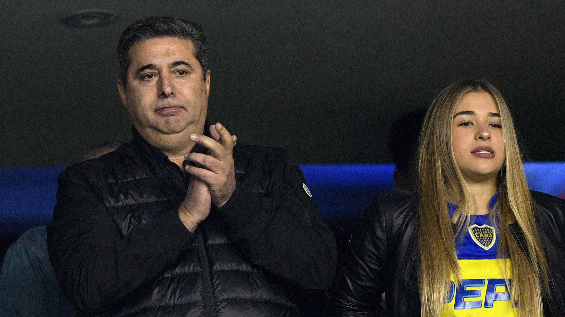 Daniel Angelici viendo el partido desde el palco oficial