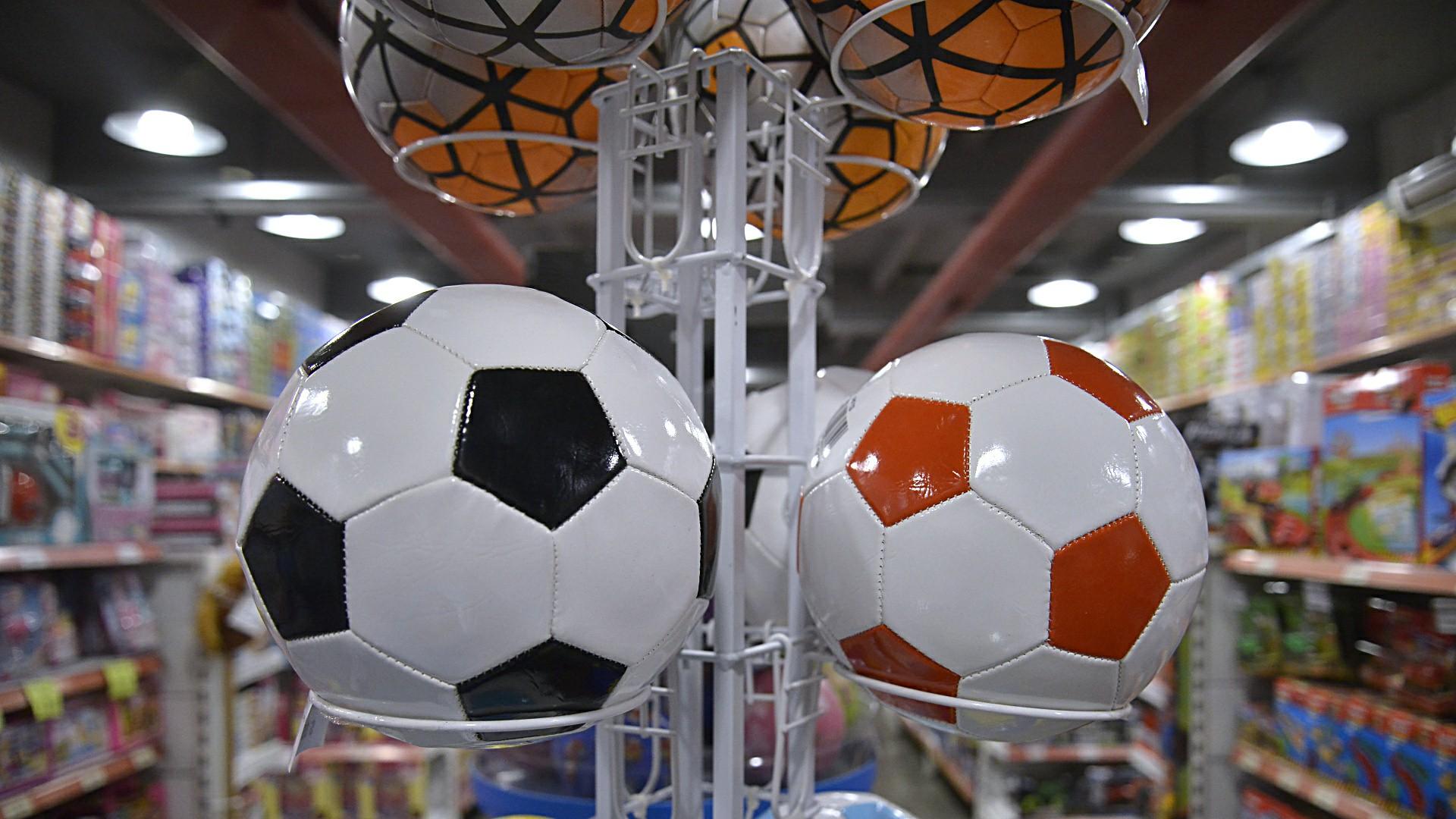 Los siempre presentes balones de fútbol y diversos deportes. Los juguetes favorecen el desarrollo físico de los niños, ya que ayudan en su coordinación y en que puedan desarrollar habilidades motoras