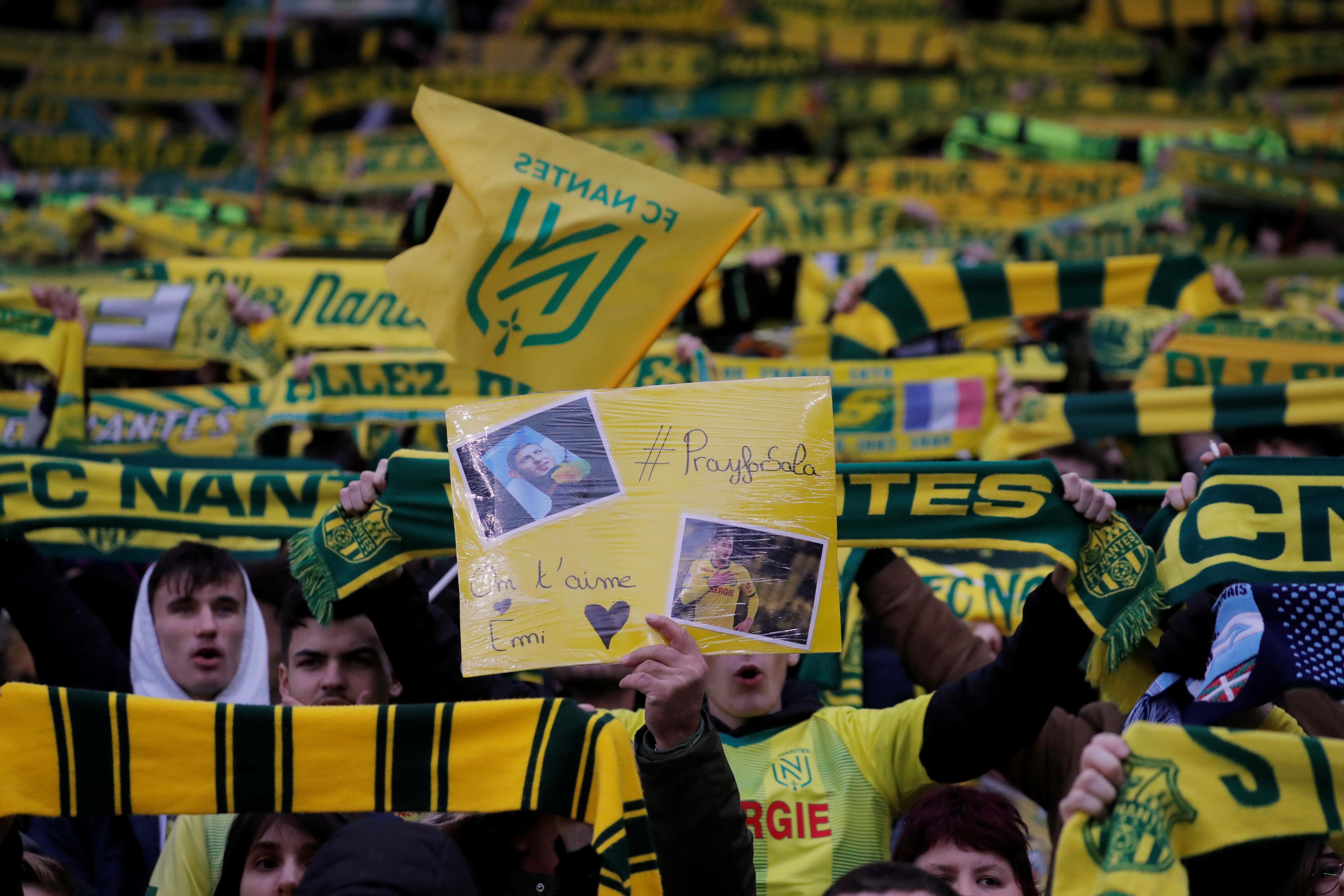 En un Estadio de la Beaujoire casi lleno, pero prácticamente en silencio, se difundió a través de las pantallas gigantes fotos del delantero argentino, al tiempo que los hinchas desplegaron un mosaico con la imagen de Sala acompañado por otros míticos jugadores del club, como Henri Michel, también desaparecidos: