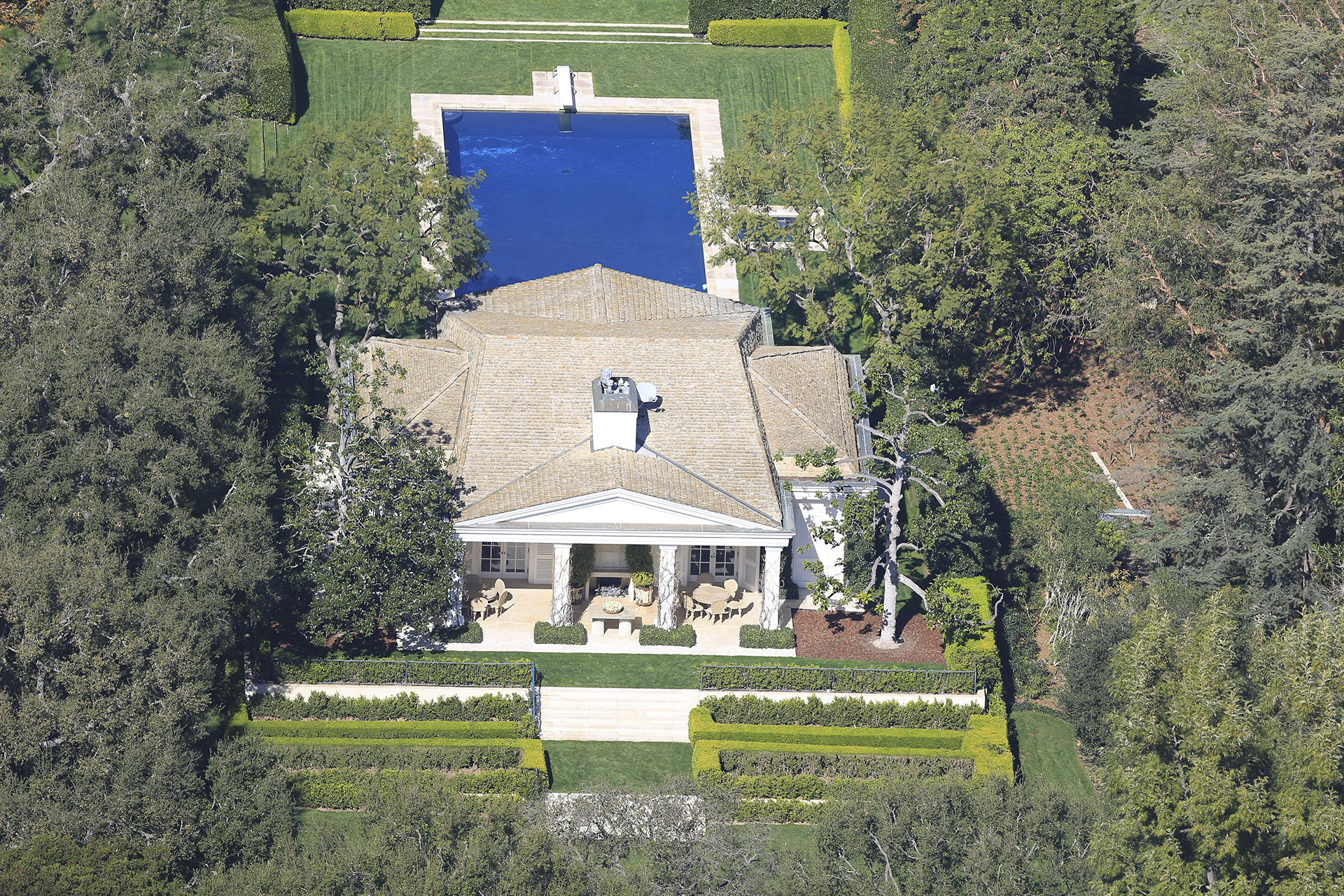 El CEO de Amazon, que tiene una fortuna de USD 131.000 millones, adquirió la propiedad al magnate de Hollywood David Geffen, de modo que estableció un nuevo récord para el precio de una casa en el área de Los Ángeles