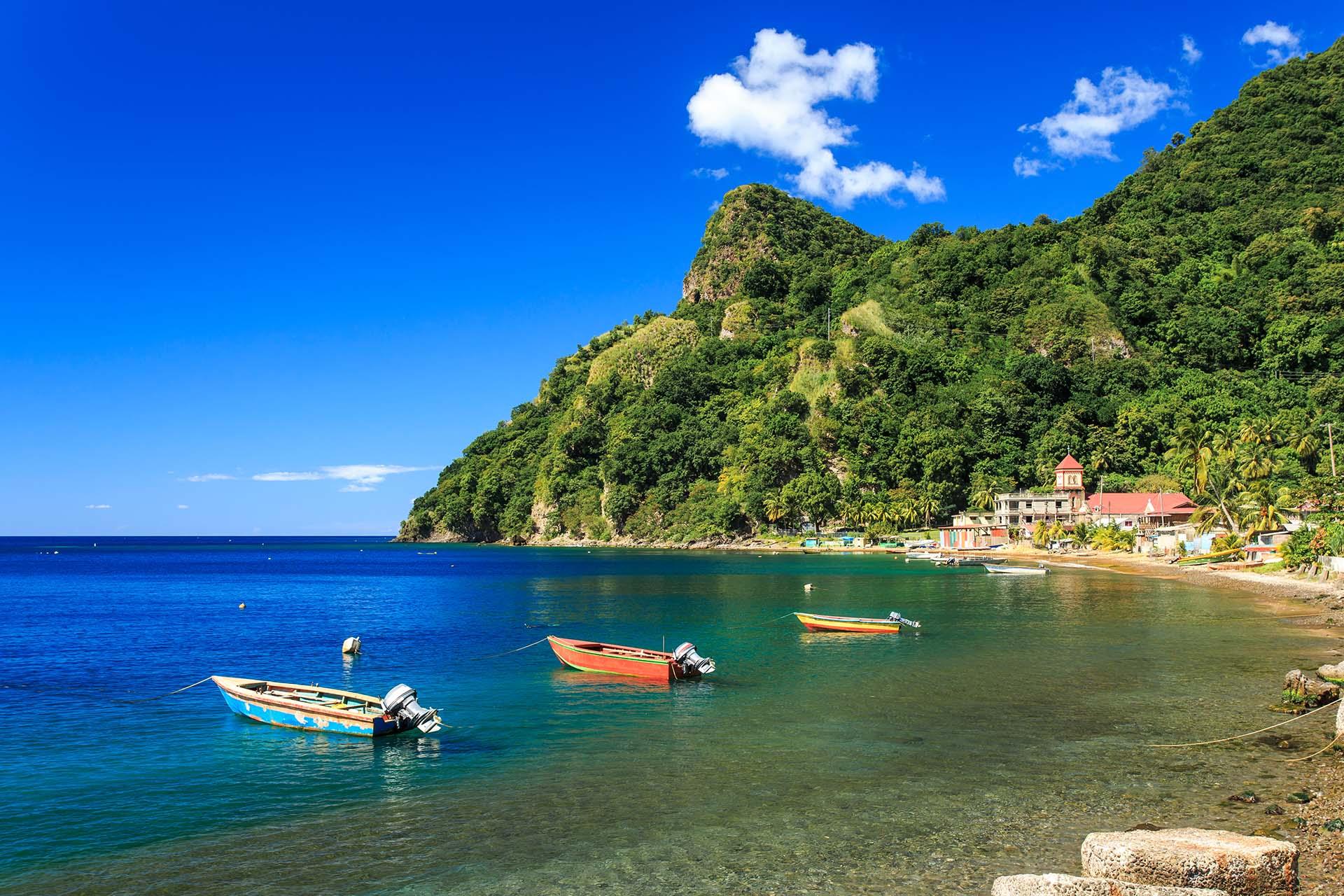 Esta isla caribeña conserva su encanto en parte debido a los vuelos indirectos, pero principalmente debido al paisaje montañoso del que se jacta. La mayoría de la gente que visita Dominica lo hace como una parada de un crucero, pero dada la naturaleza de la isla, no se puede acceder fácilmente a los mejores lugares en un viaje de un día. Por eso, lo expertos recomiendan emprender una aventura de al menos una semana