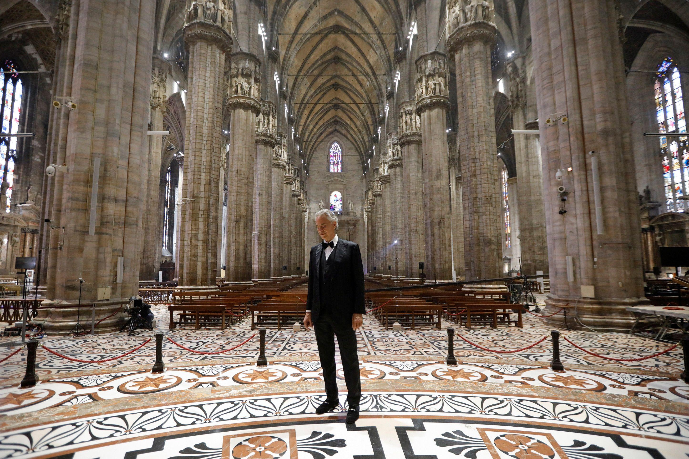 El reconocido cantante de ópera Andrea Bocelli cantó desde la Catedral de Milan en el evento