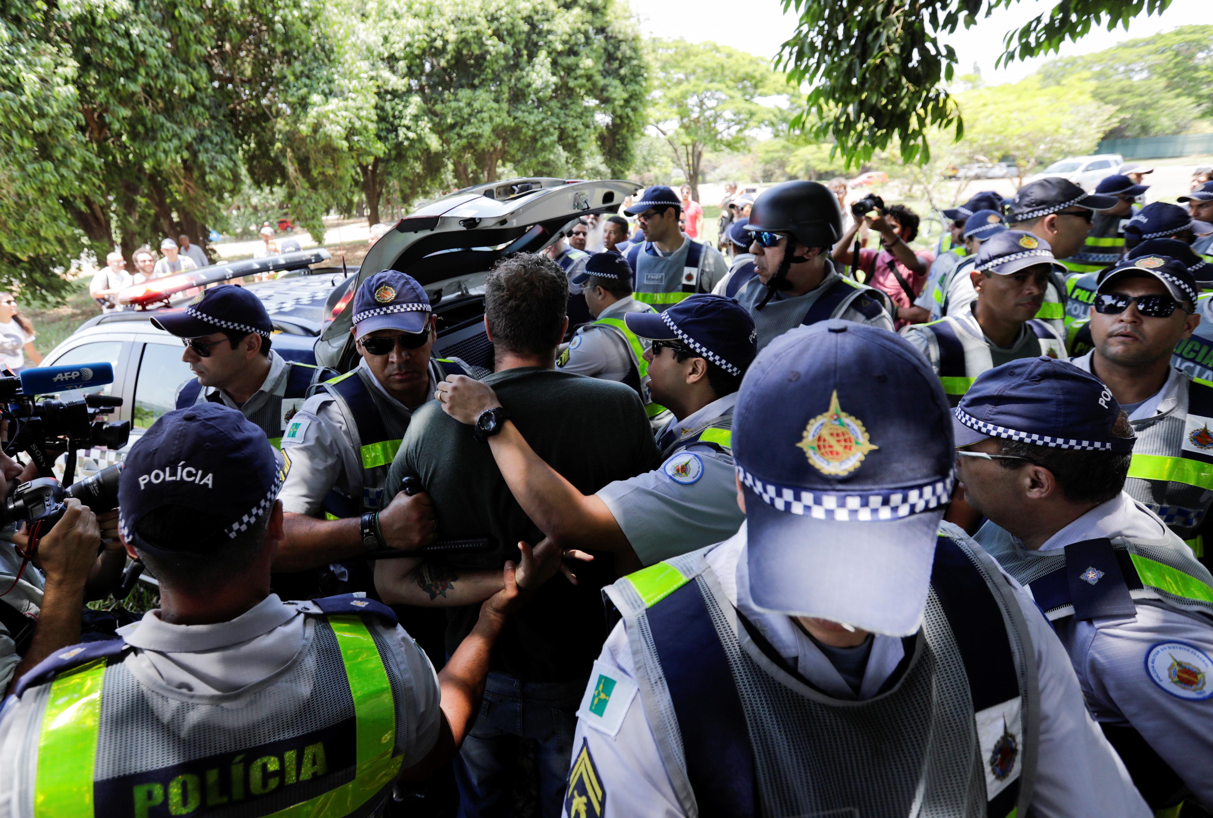 La policía detuvo a uno de los simpatizantes de Nicolás Maduro por agresión