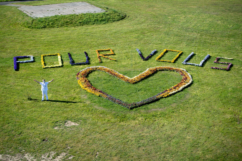 Un mensaje con flores en Payerne, Suiza (Laurent Gillieron/Pool via REUTERS)