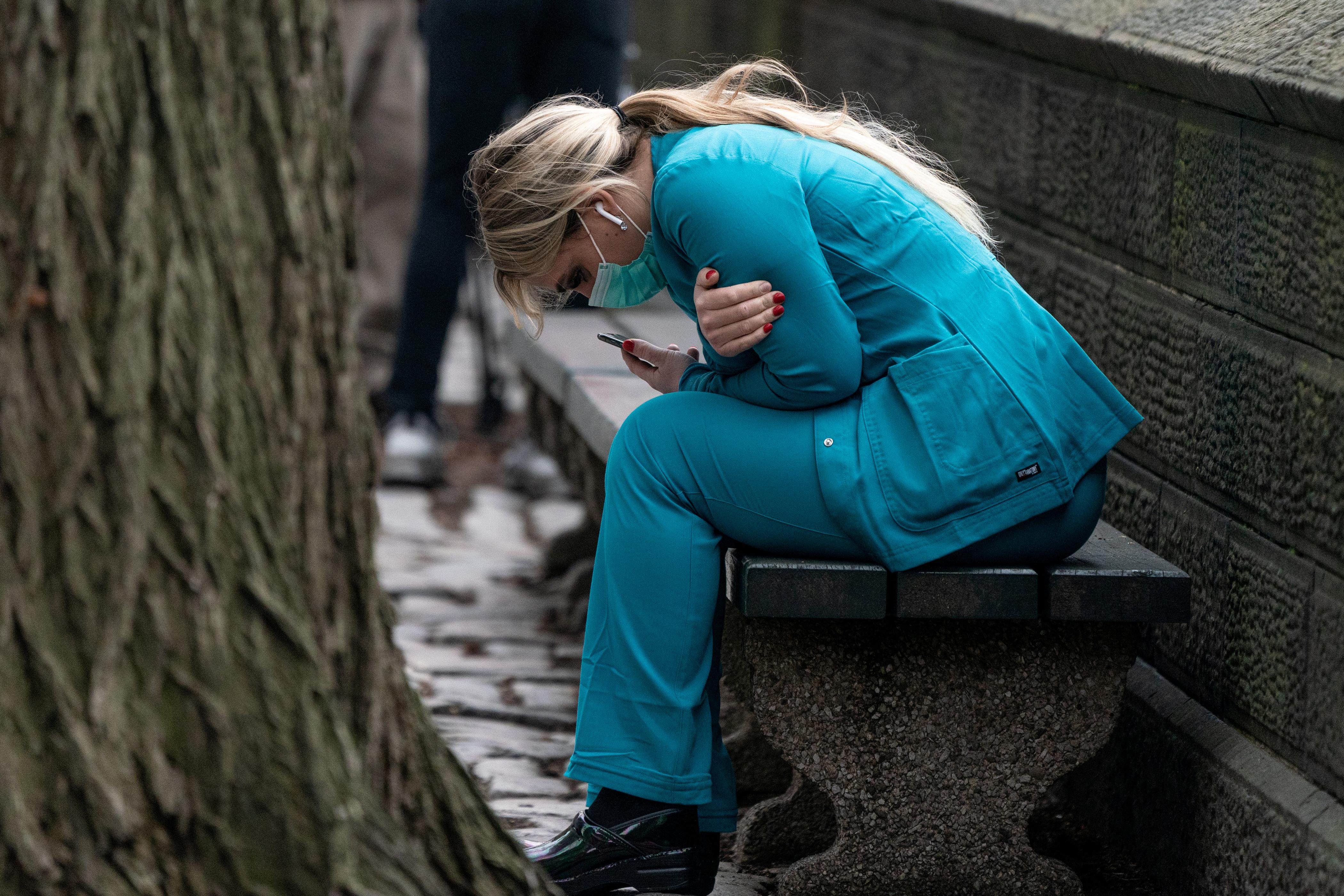 Una médica se lamenta por el triste panorama que observa en Nueva York (REUTERS/Jeenah Moon)