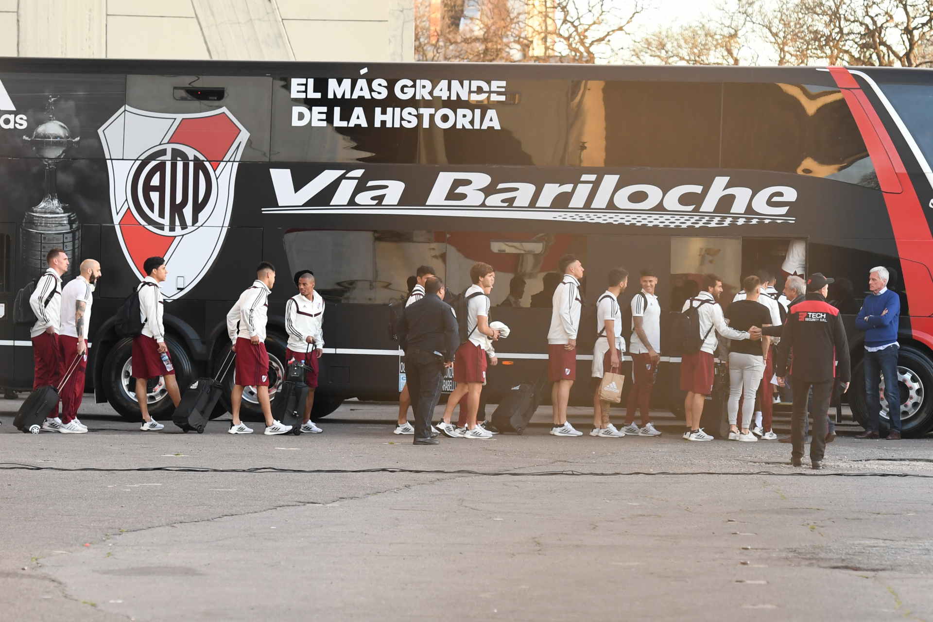 Cerca de la hora de partida, los jugadores salieron para saludar a la gente y subirse al vehículo