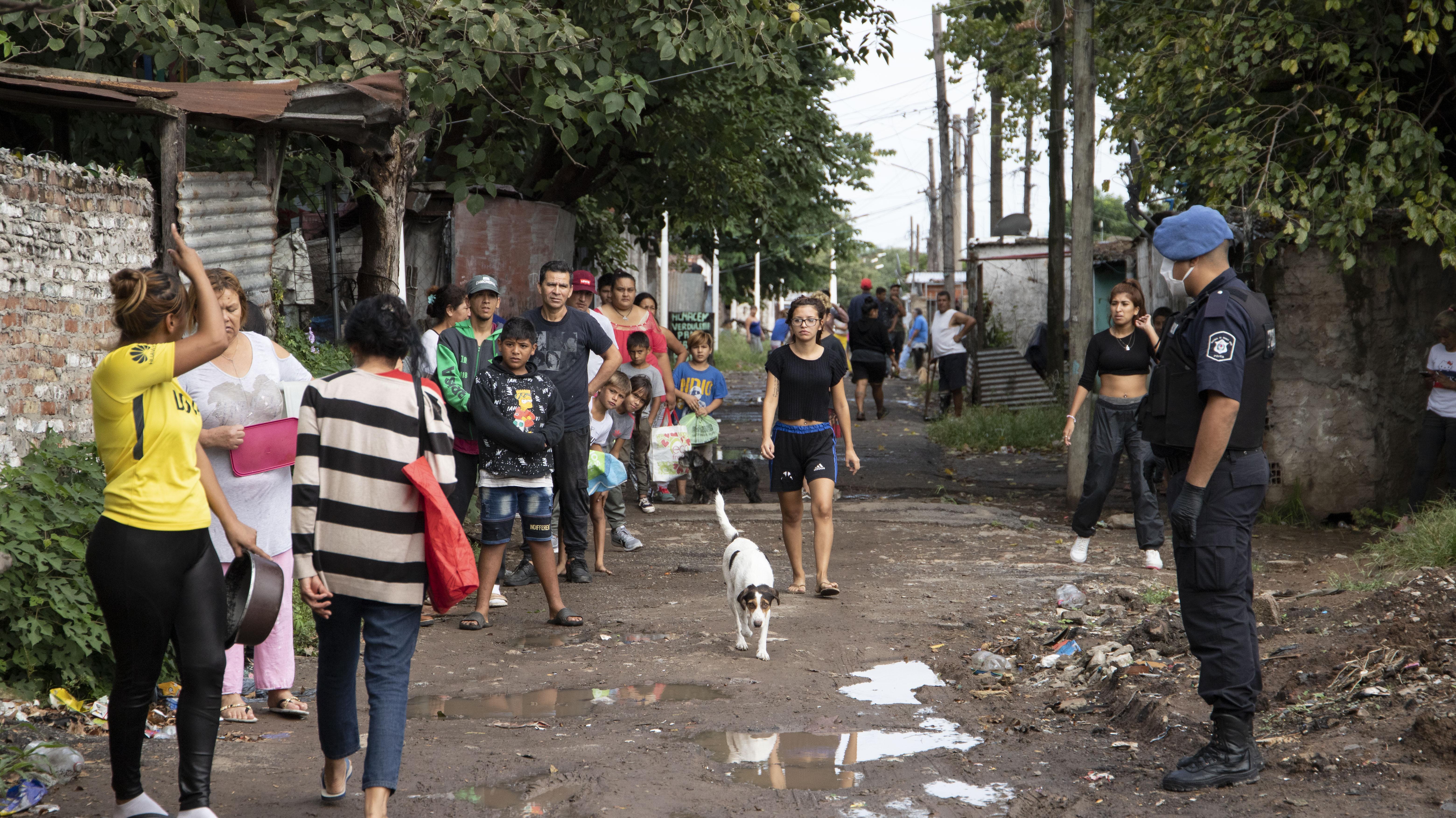 Los vecinos salieron de sus casas e hicieron la cola en las calles de tierra