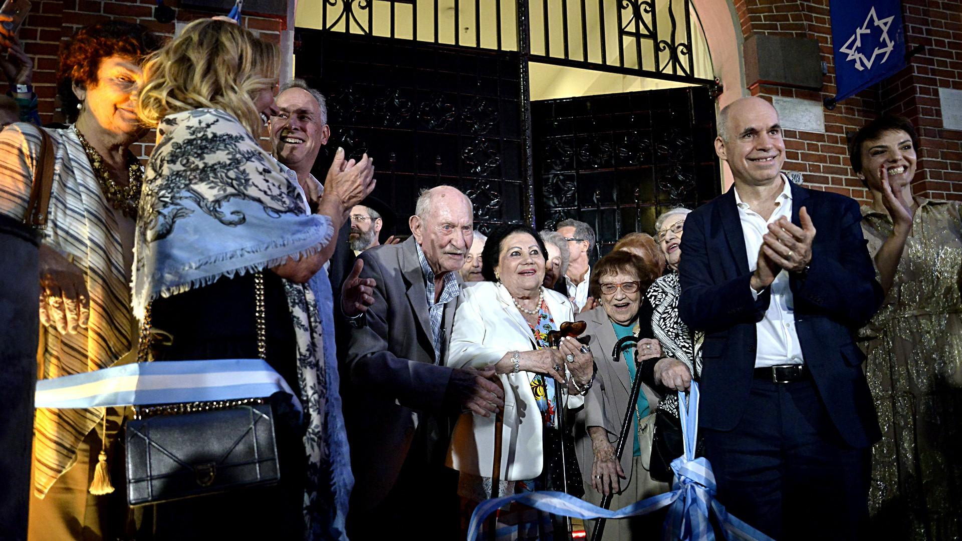 El momento del corte de cinta, el jefe de Gobierno, el presidente del Museo del Holocausto con los sobrevivientes miembros de la comitiva