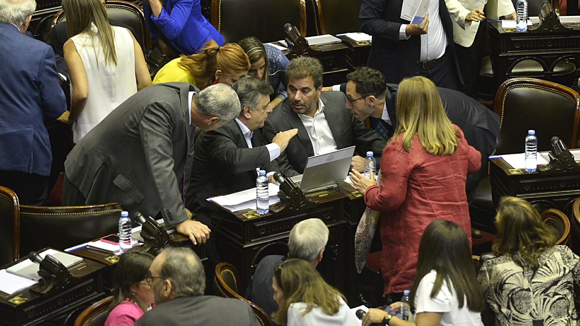 Los principales integrantes de la bancada opositora reunidos para tomar una posición con respecto a la presencia de Daniel Scioli