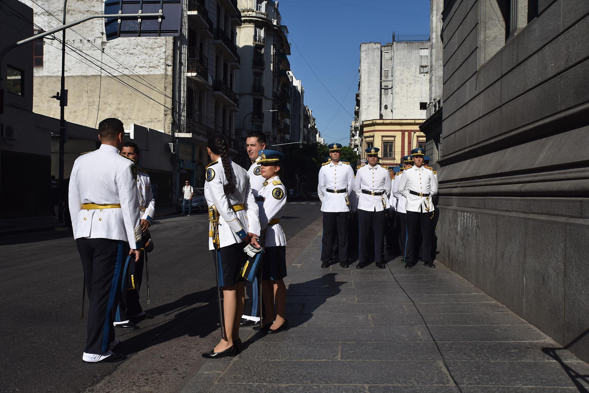 En primer turno, alrededor de las 11:30, Michetti le tomará juramento a Cristina Kirchner, quien se convertirá en vicepresidenta.