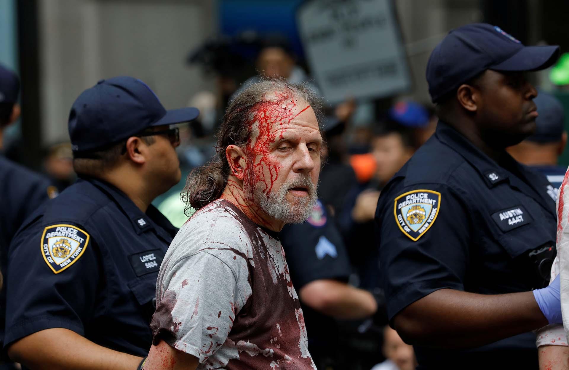 La policía detiene a un activista climático durante las protestas de la rebelión de extinción en el bajo Manhattan en la ciudad de Nueva York, Nueva York, EE. UU., 7 de octubre de 2019. REUTERS / Mike Segar