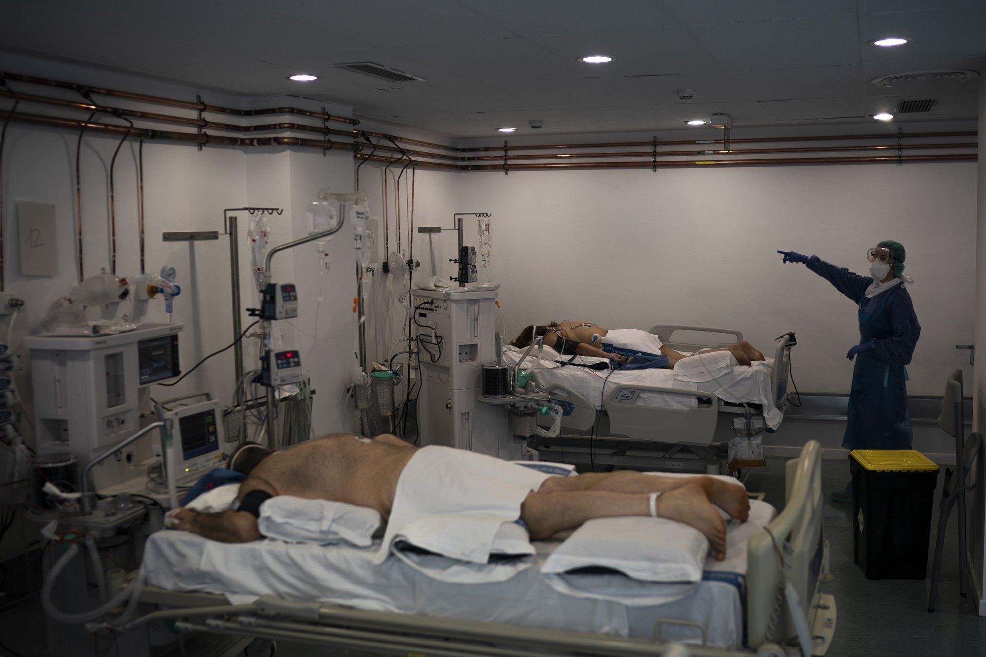 Algunos pacientes en grave estado son puestos boca abajo para quitarle presión a sus pulmones en plena lucha contra el coronavirus en un hospital de Baladona, cerca de Barcelona (AP Photo/Felipe Dana)