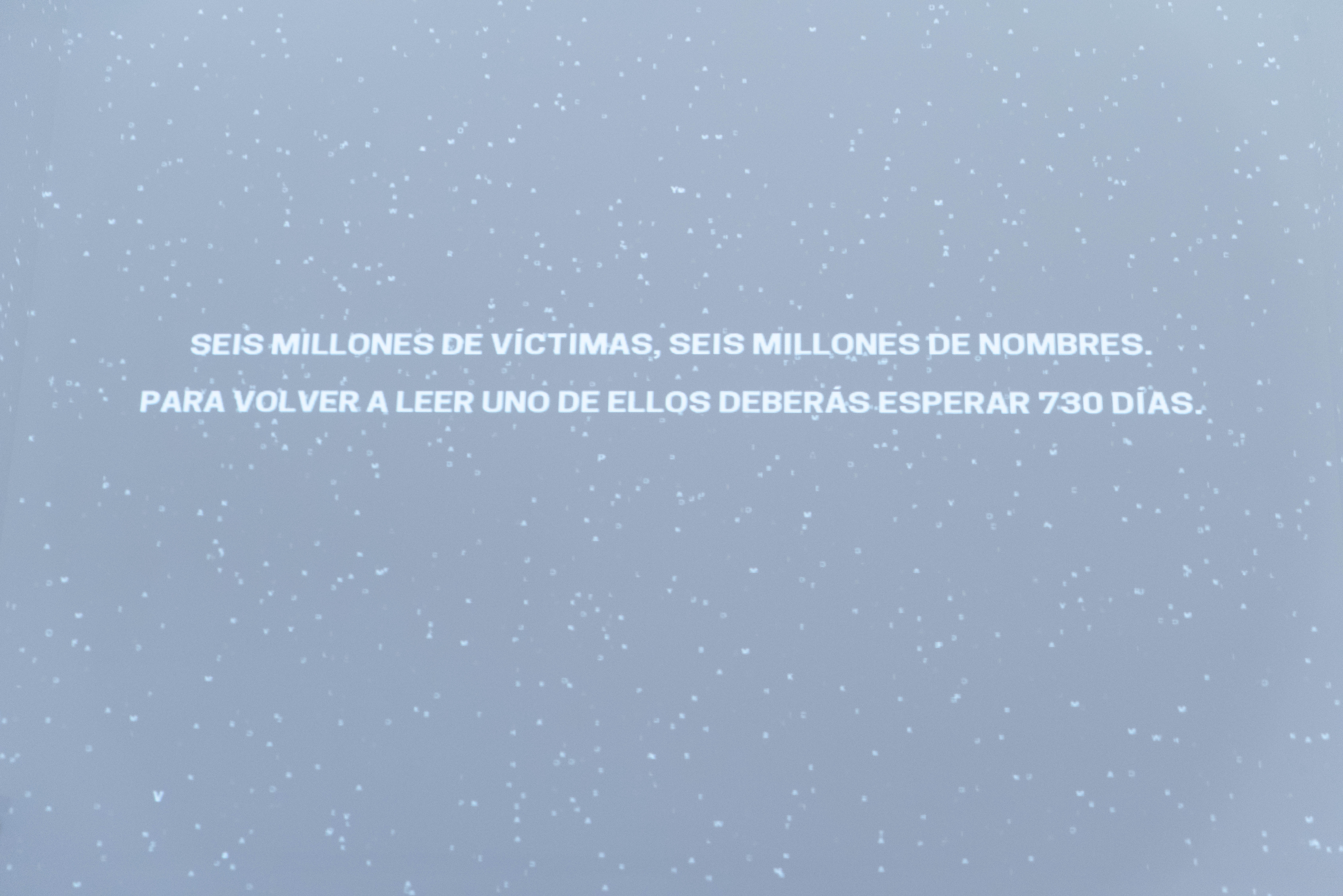En la nave central, un proyector traduce cada nombre y nacionalidad de las seis millones de personas muertas en el Holocausto. De tanto en tanto las letras desaparecen para conformar una única frase:
