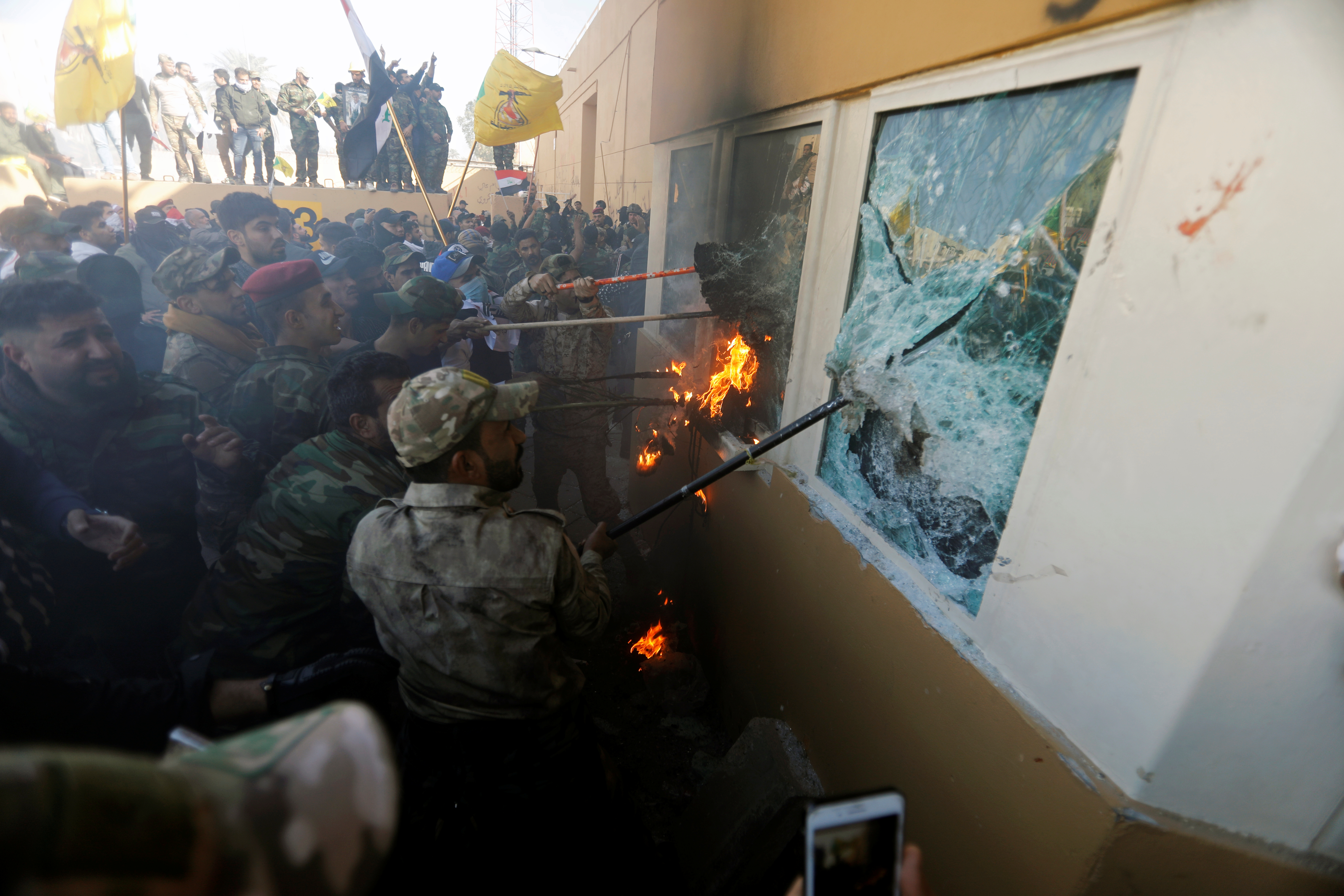 Los seguidores de Hezbollah rompen los cristales de la cabina de seguridad de la sede diplomática