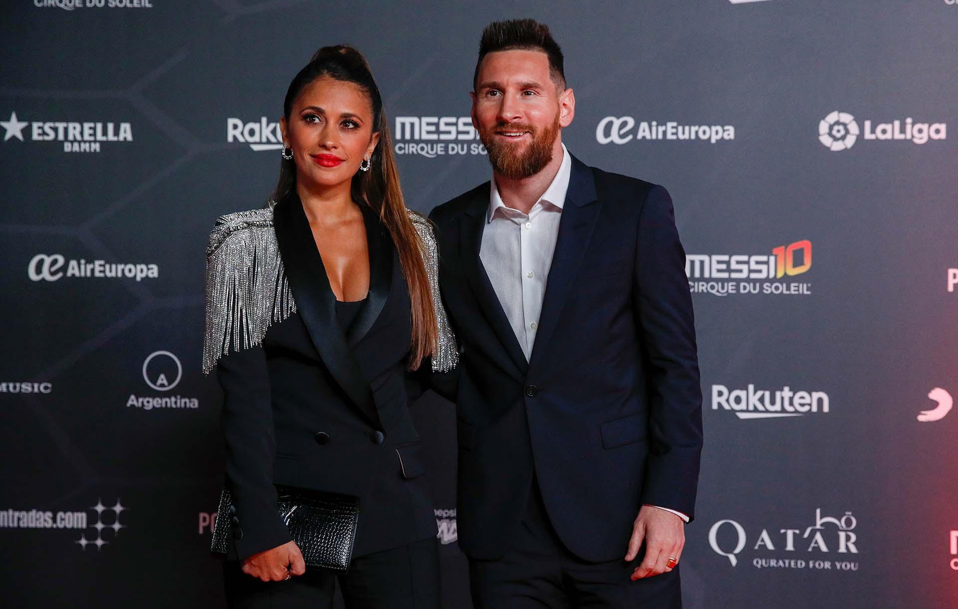 Lionel Messi, acompañado por Antonela Roccuzzo, fue la gran figura de la alfombra roja de la presentación del nuevo show del Cirque du Soleil inspirada en su vida (Reuters / Albert Gea)