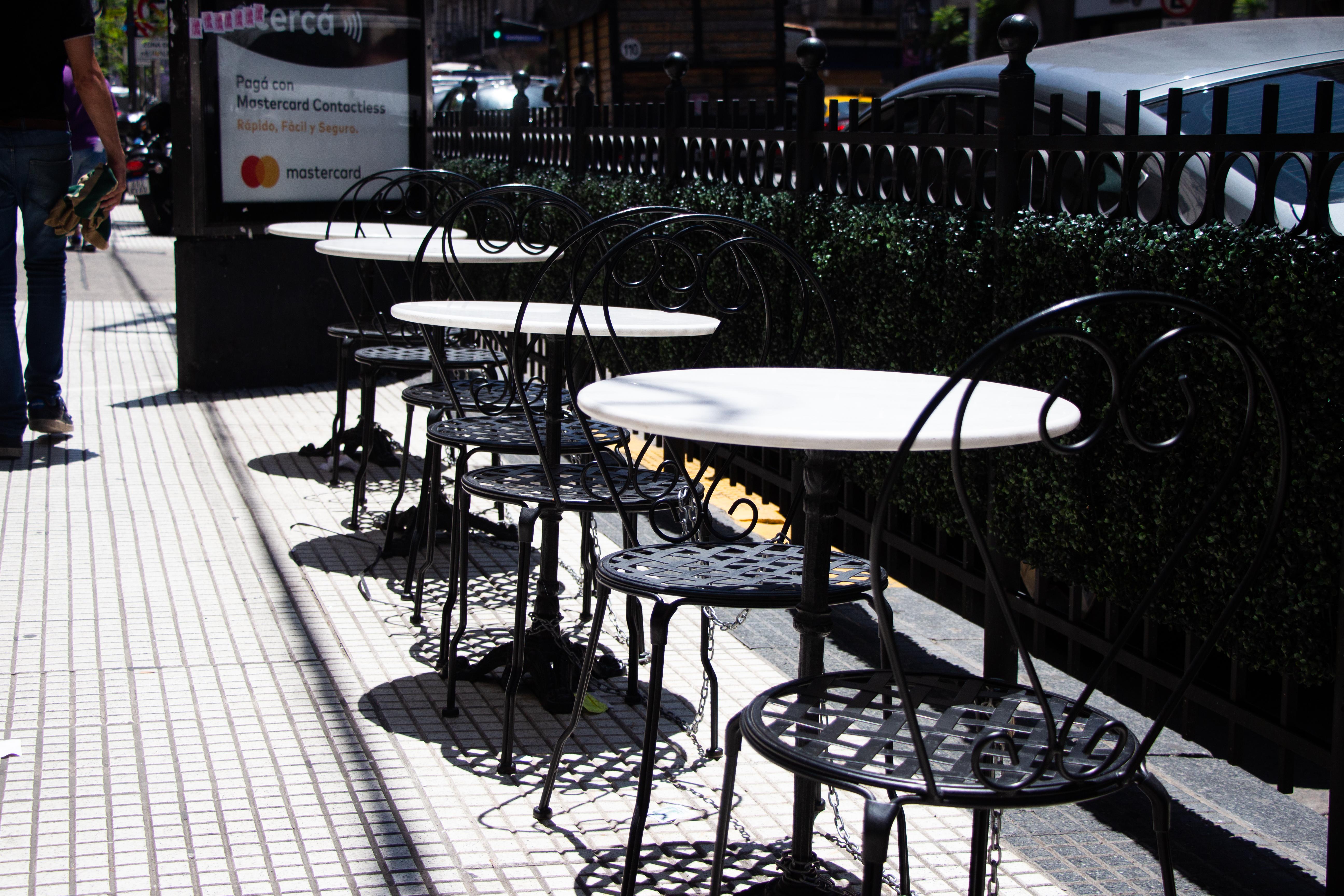 El local se encuentra en pleno Callao, una zona estratégica para aquellos amantes del teatro así como para los que están cerca de la zona del Congreso, y desean almorzar, tomar el té o cenar en uno de los lugares más emblemáticos de Buenos Aires