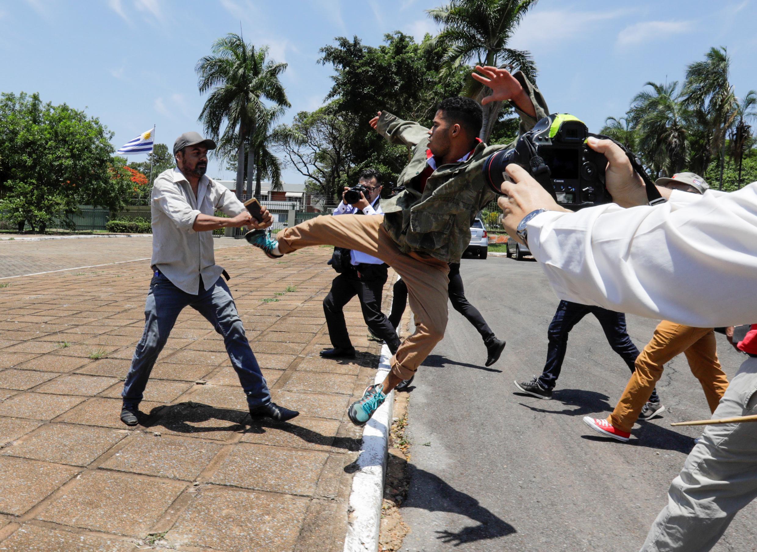 Incidentes en las afueras de la embajada: agreden a un seguidor de Guaidó