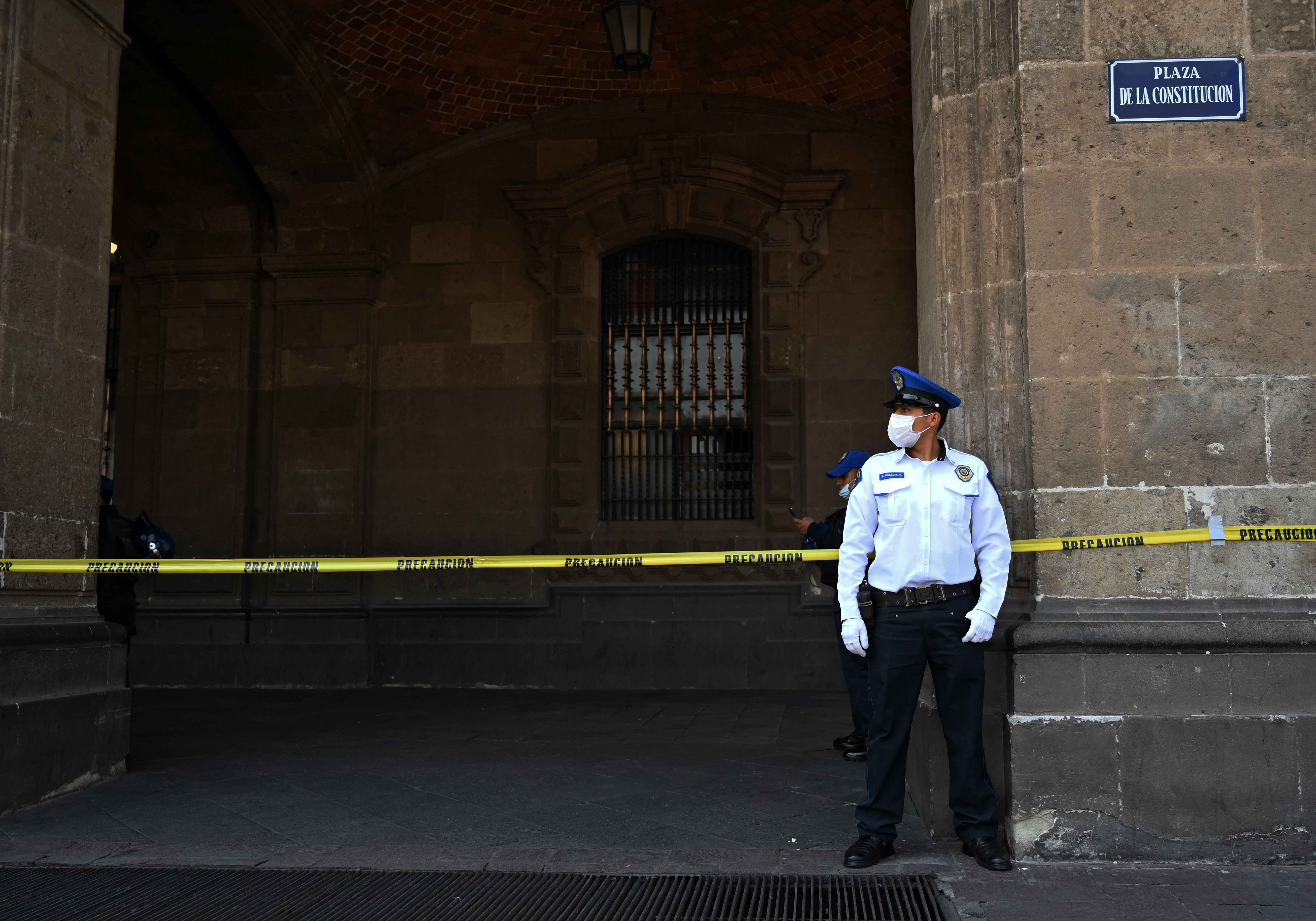 Un oficial de policía hace guardia en la plaza Zócalo en la Ciudad de México el 31 de marzo de 2020 durante la nueva pandemia de coronavirus, COVID-19.