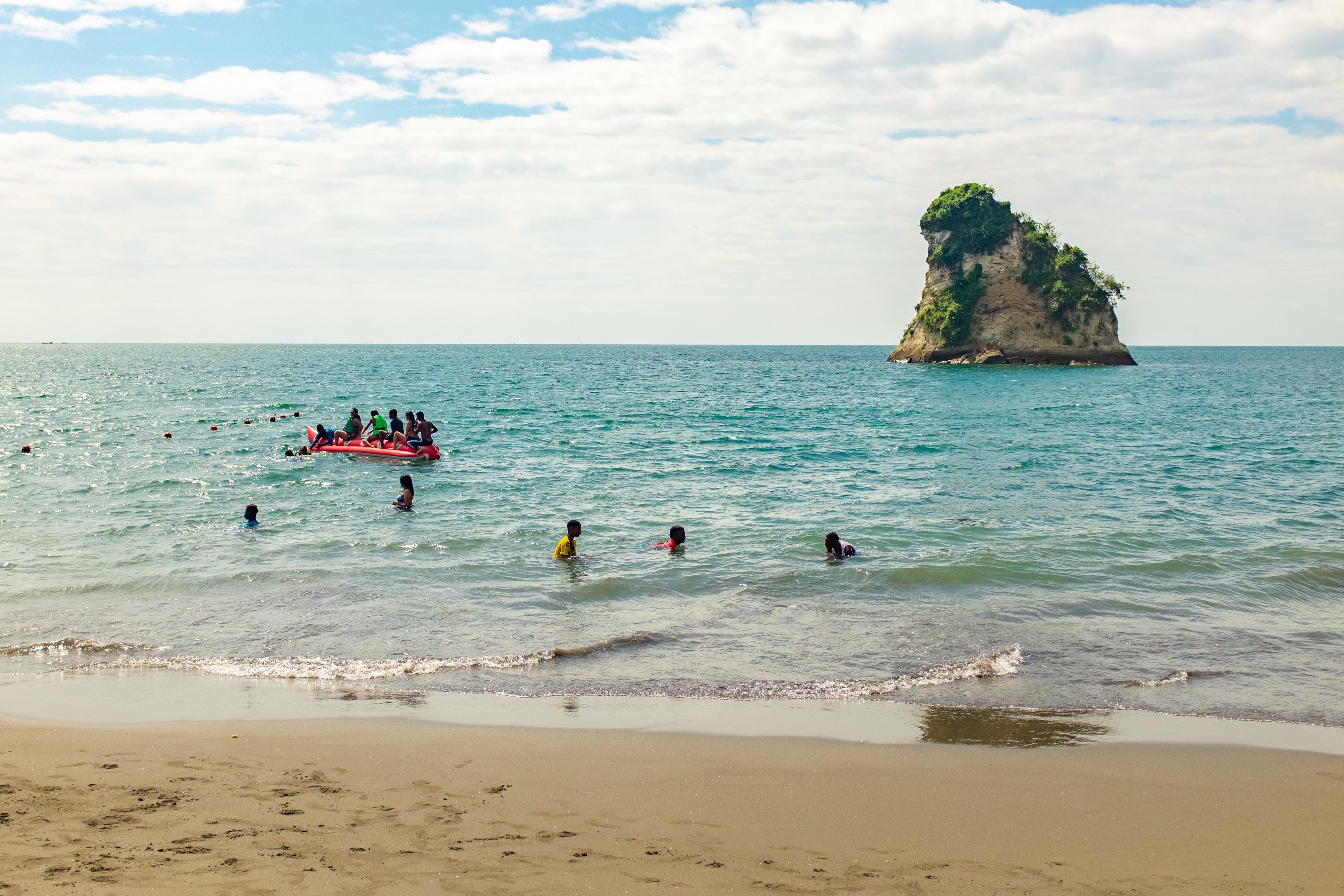 """Esta localidad, conocida como """"La Perla del Pacífico"""", es una de las más pobladas de todo el país. A sólo algunos minutos de la ciudad se pueden encontrar algunos de los lugares de interés para quienes quieren disfrutar del sol y el mar: la isla del Morro posee playas imponentes con un arco natural de piedra y en su interior, el """"Rostro Vigilante del mar"""", una figura amorfa creado por el golpe de las olas. Al cruzarlo, los viajeros pueden encontrar la cueva subacuática donde, según cuenta la leyenda, el pirata Morgan escondió sus tesoros en el siglo XVI"""