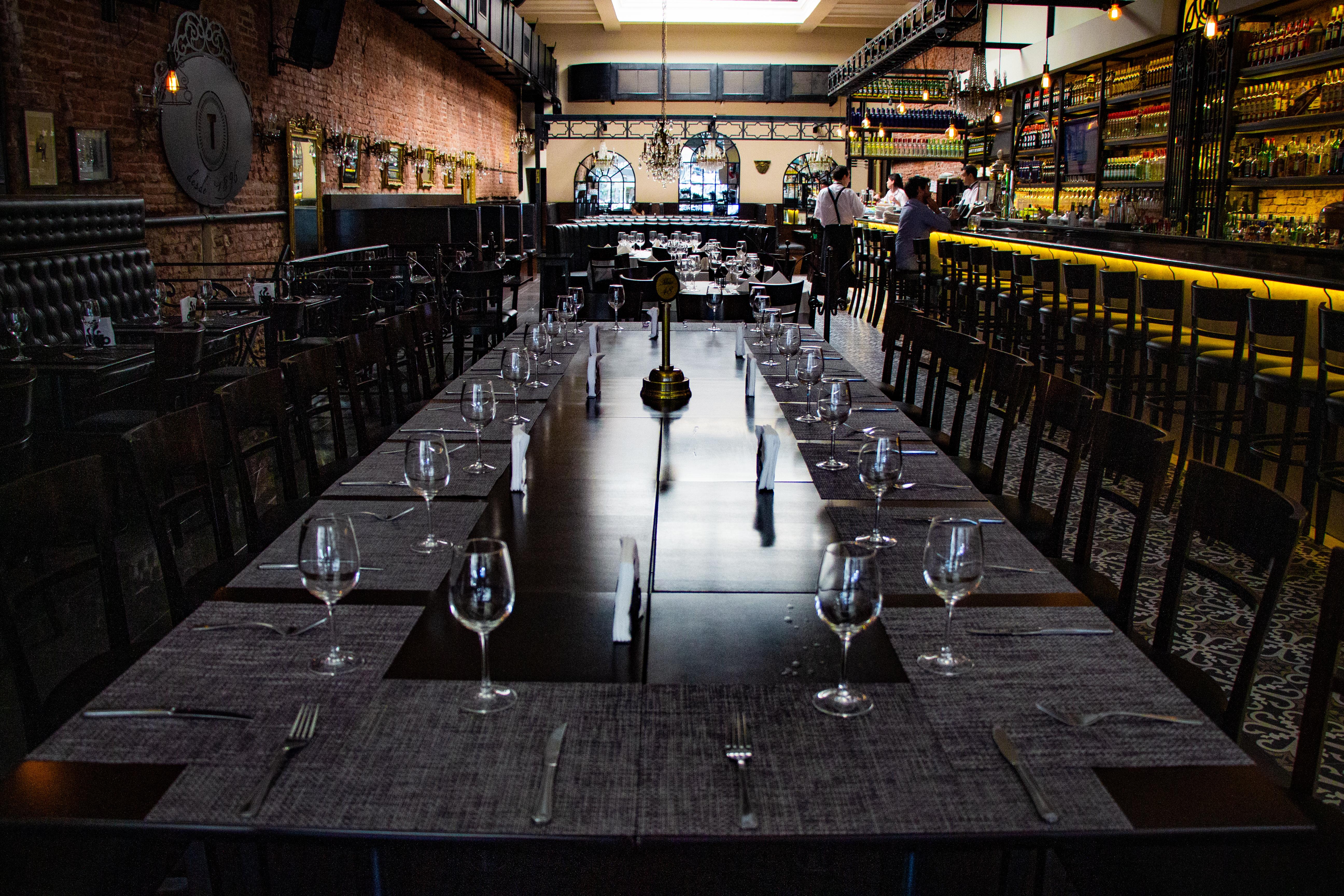 Con una mesa larga, los comensales tienen la posibilidad de saborear la reinterpretación de los mismos platos que comieron Gardel o los fundadores de El Tropezón, el asturiano Manuel Fernández y el gallego Ramiro Castaño