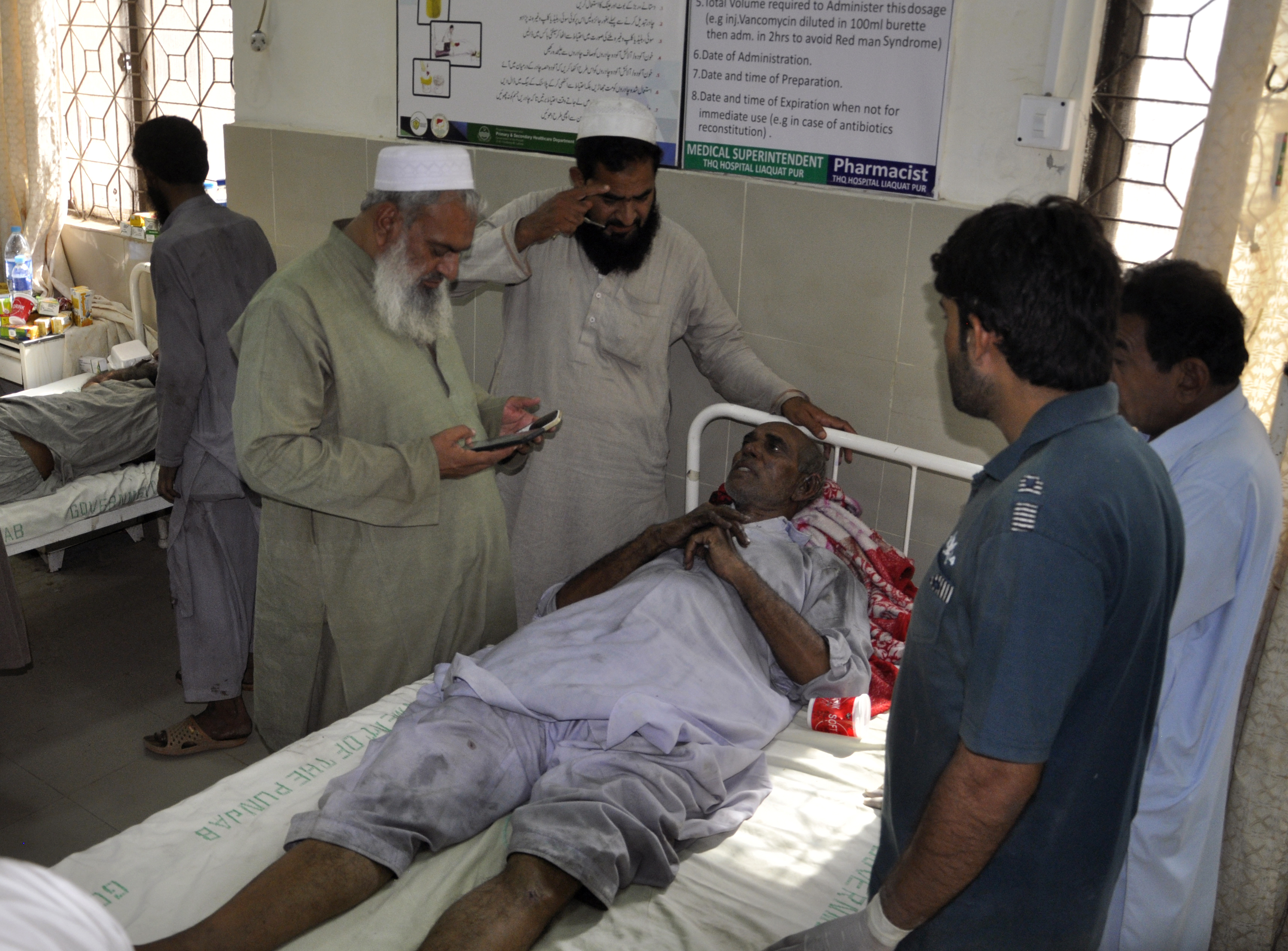 Las personas visitan a las víctimas de un incendio en un tren, en un hospital local en Liaquatpur, Pakistán. (Foto AP / Siddique Baluch)