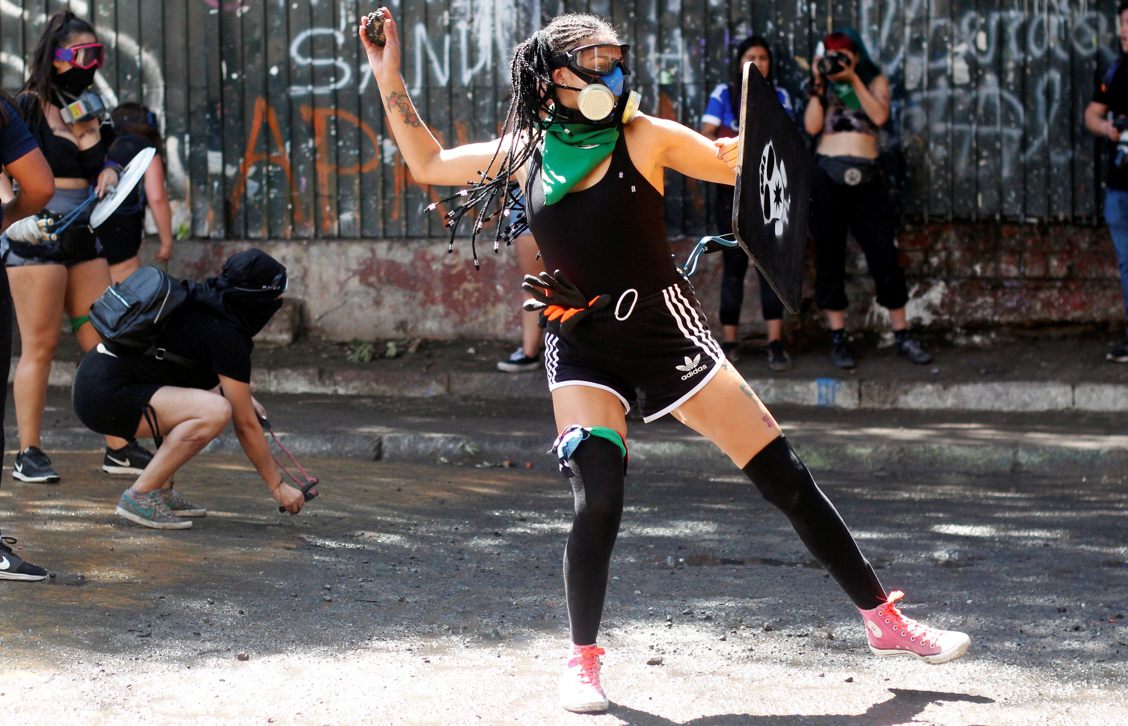 Las mujeres se enfrentan en un mitin durante el Día Internacional de la Mujer en Santiago, Chile, 8 de marzo de 2020. (REUTERS / Sebastian Silva)