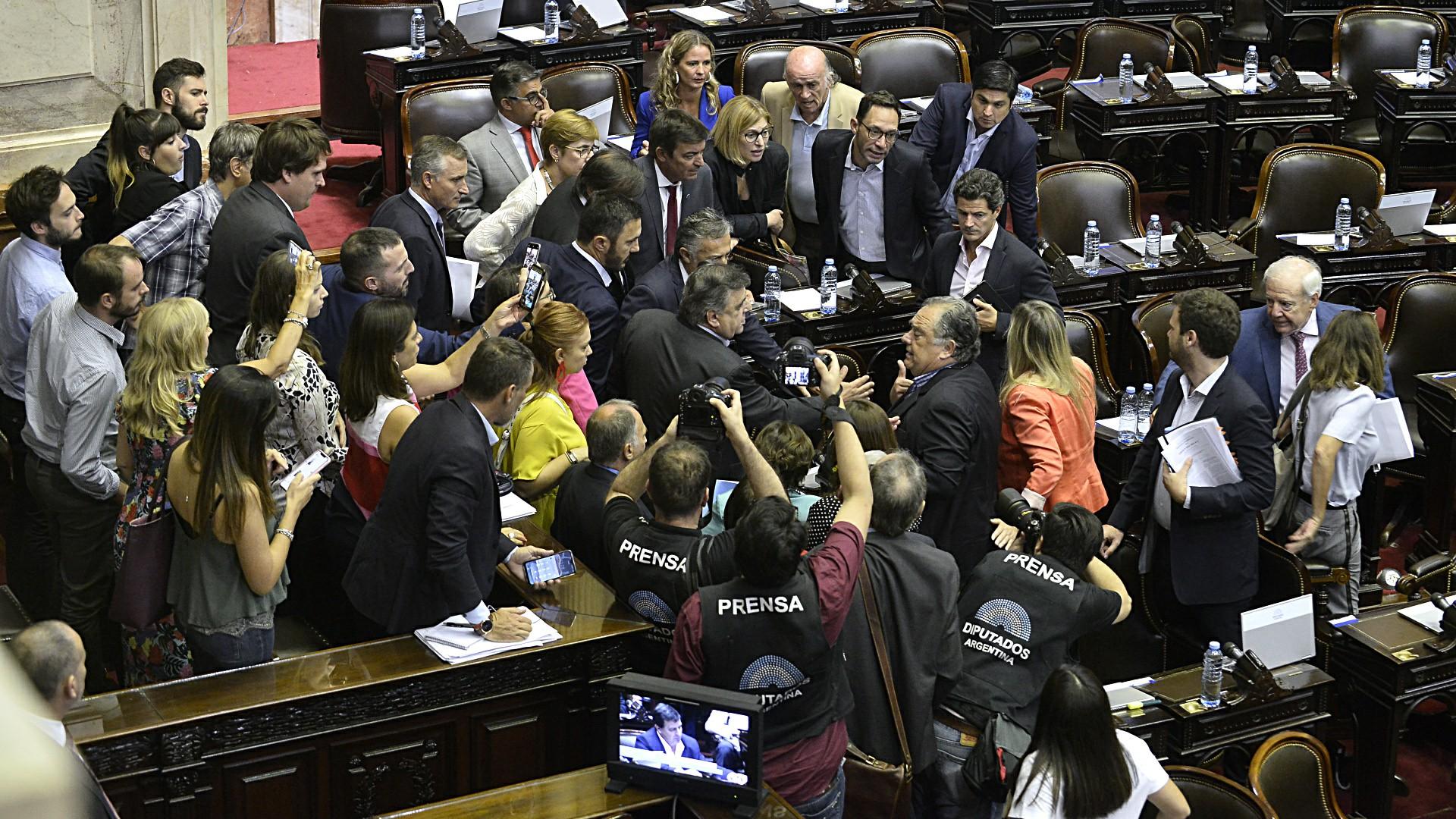 Legisladores de la oposición discuten con el diputado oficialista Eduardo Valdés
