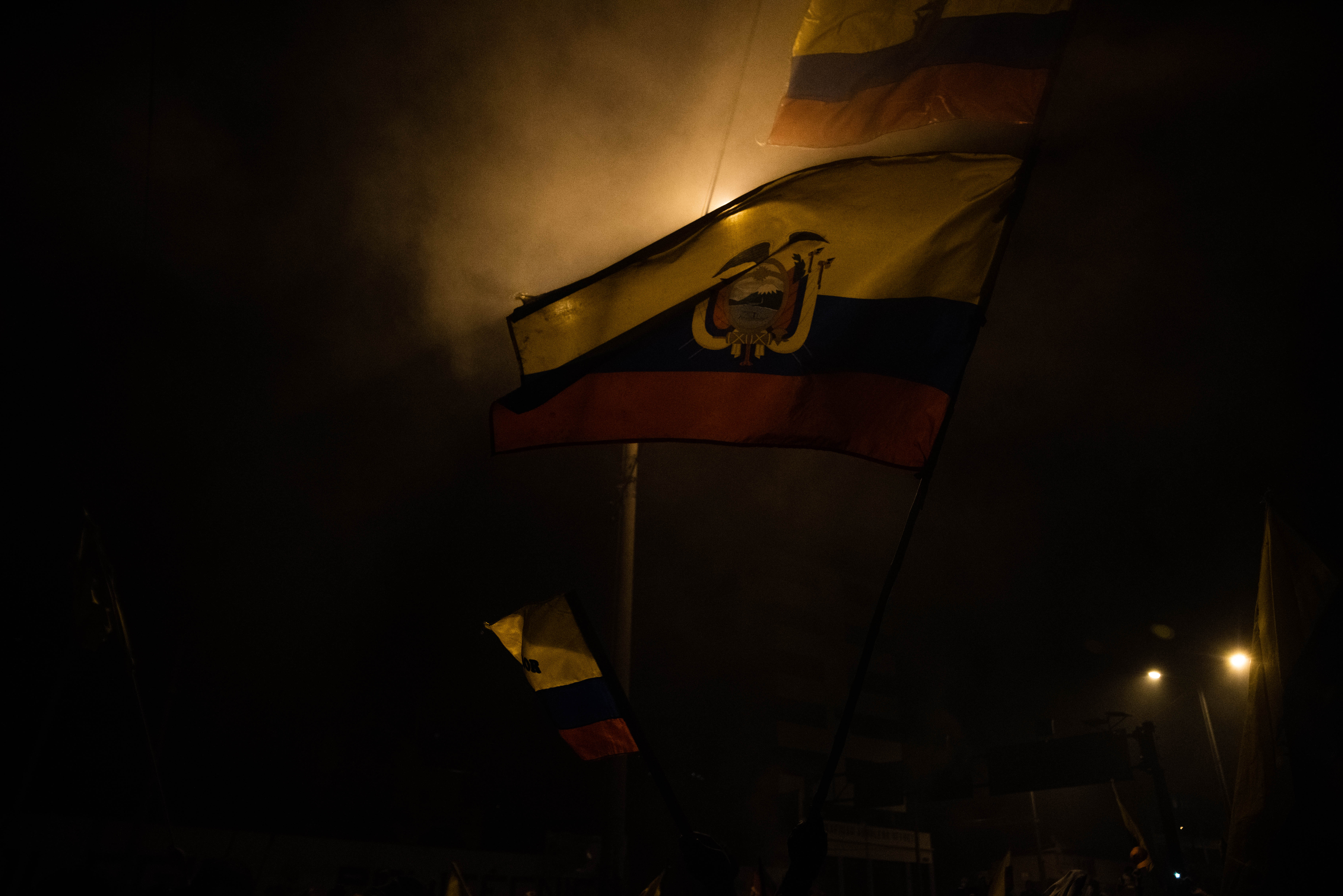 Hubo cientos de banderas presentes durante los festejos por la derogación del decreto anunciada anoche por el presidente Lenín Moreno.