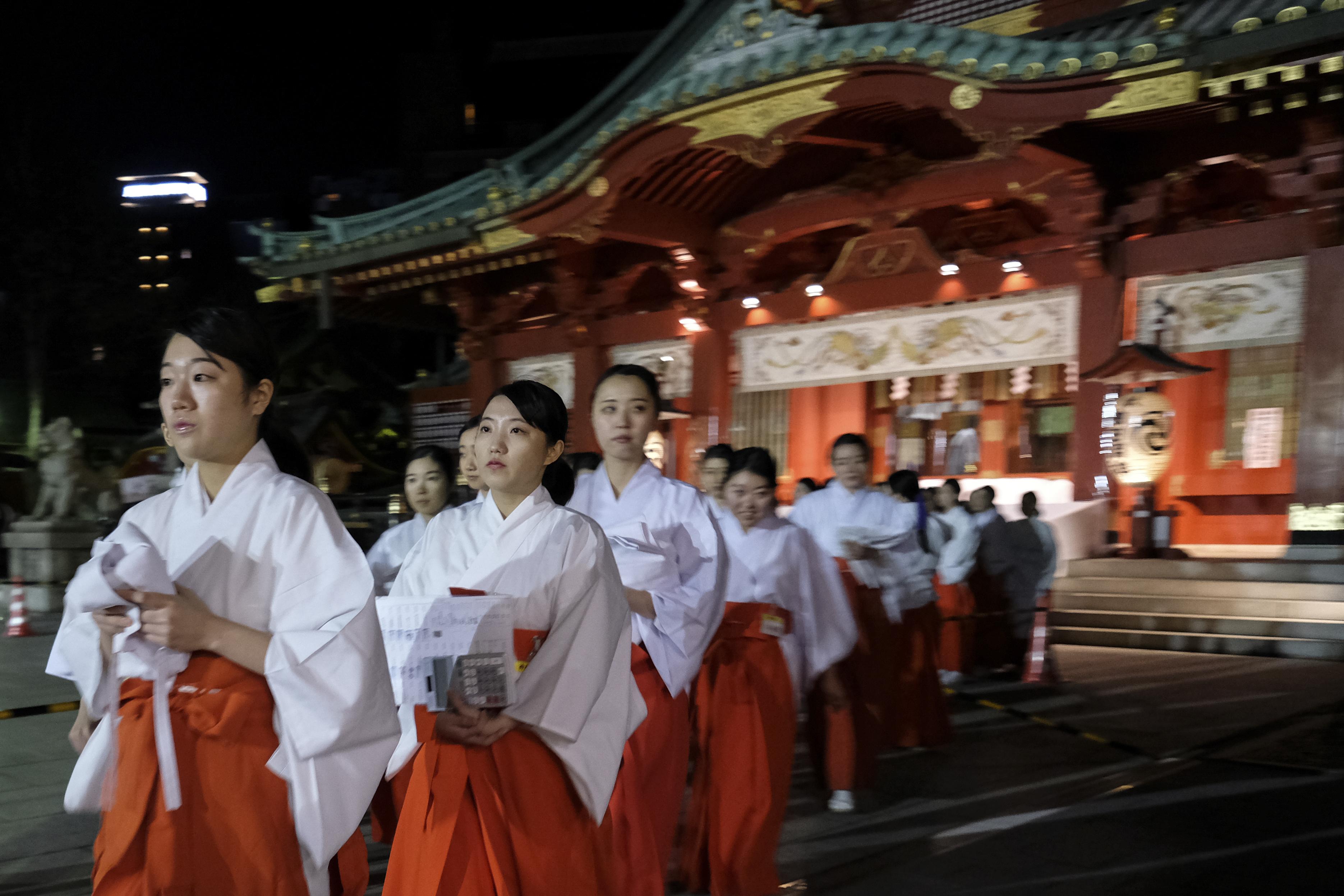Fieles en el templo de Kanda Myojin en Tokio, dando comienzo a tres días de rezos en los templos de Japón para atraer la buena fortuna en el año que comienza