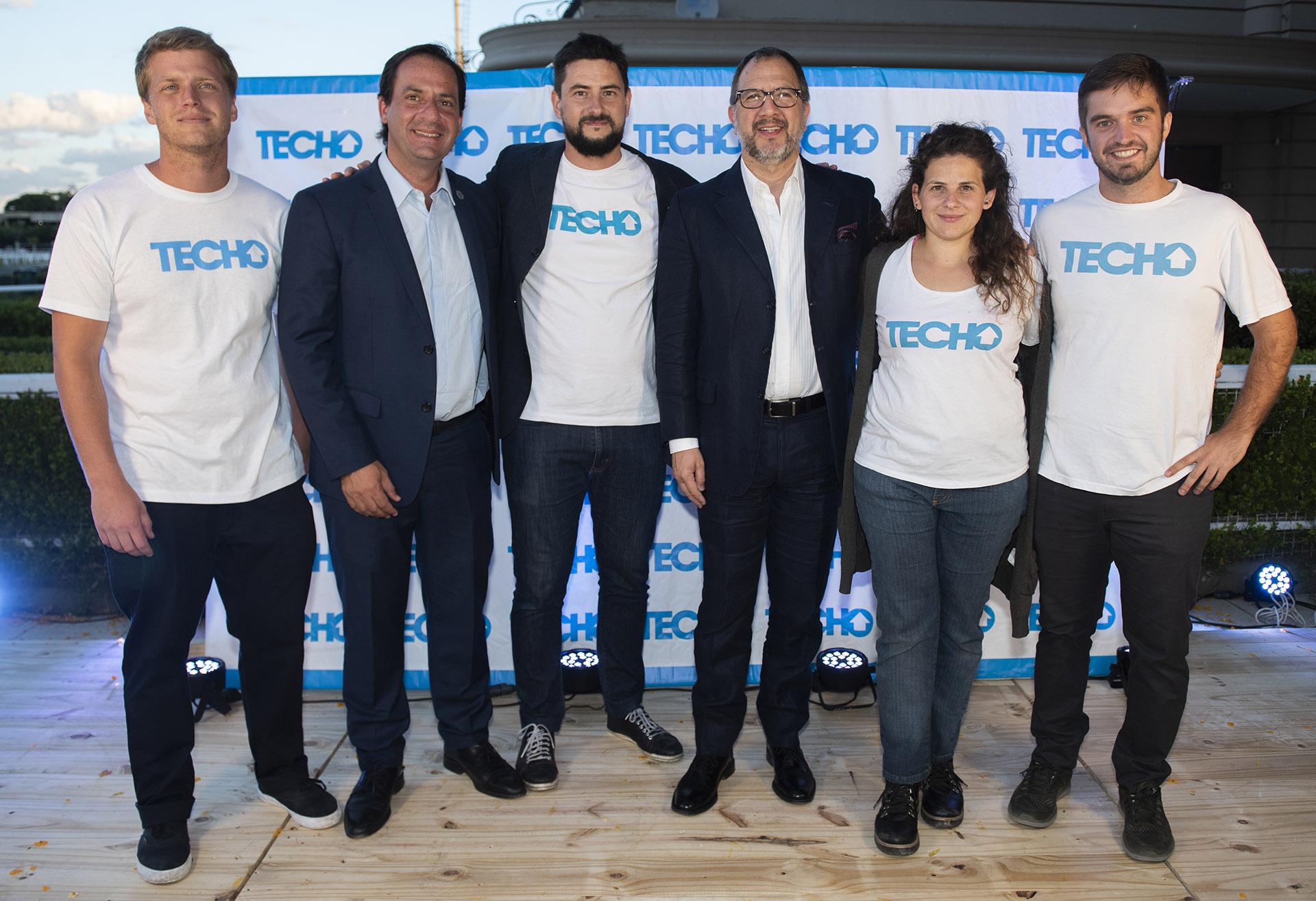 El intendente de Escobar, Ariel Sujarchuck; Virgilio Gregorini, director ejecutivo de TECHO en la Argentina; el Secretario General de la provincia de Buenos Aires, Fabián Perechodnik, y Gabriela Arrastúa, directora del Centro de Investigación e Innovación Social de TECHO