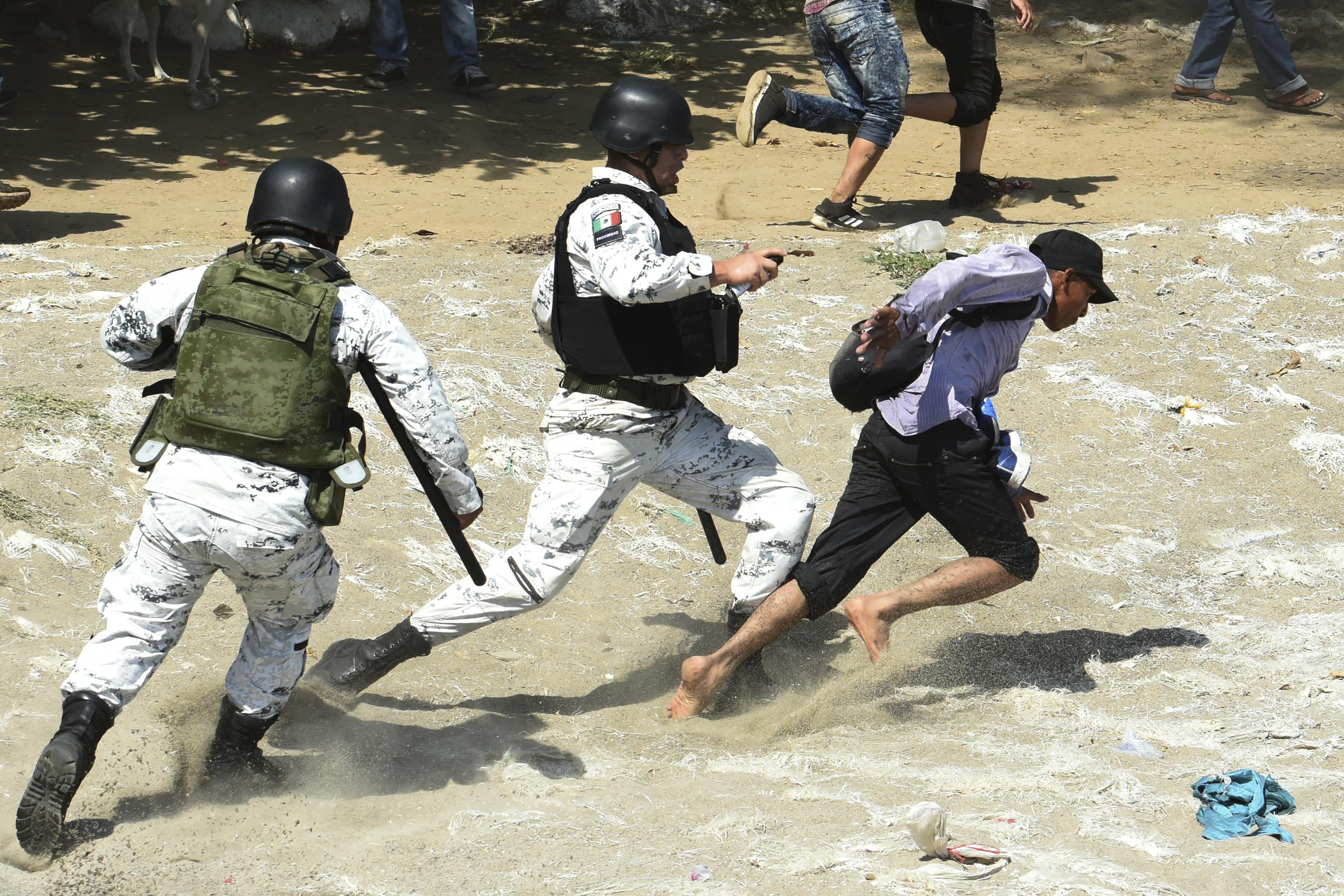 Cientos de migrantes intentaron cruzar la frontera a la fuerza por lo que los elementos de la Guardia Nacional intentaron detenerlos (Foto: Johan Ordoñez/AFP)