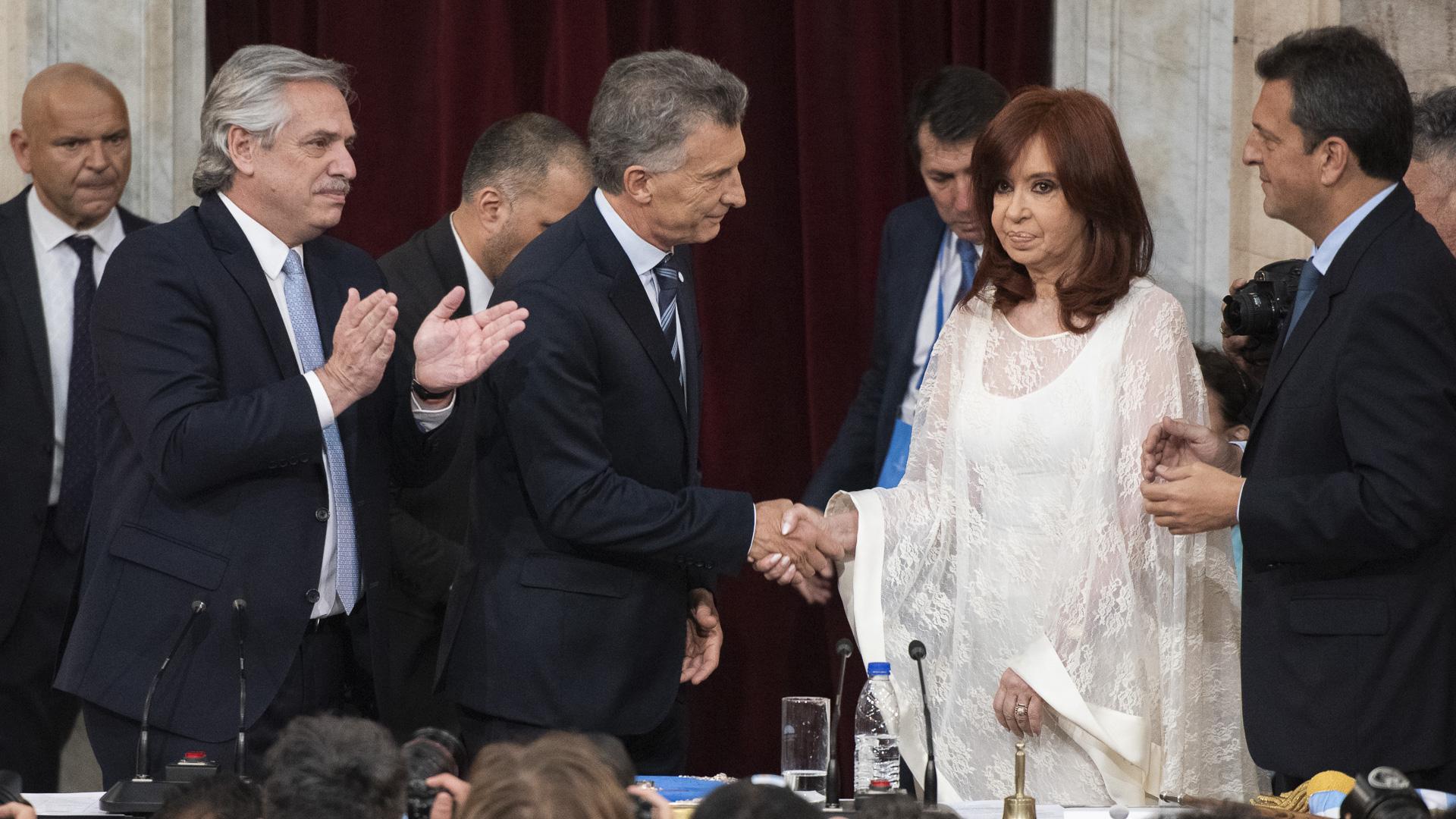 El frío saludo entre Mauricio Macri y Cristina Kirchner durante la jura