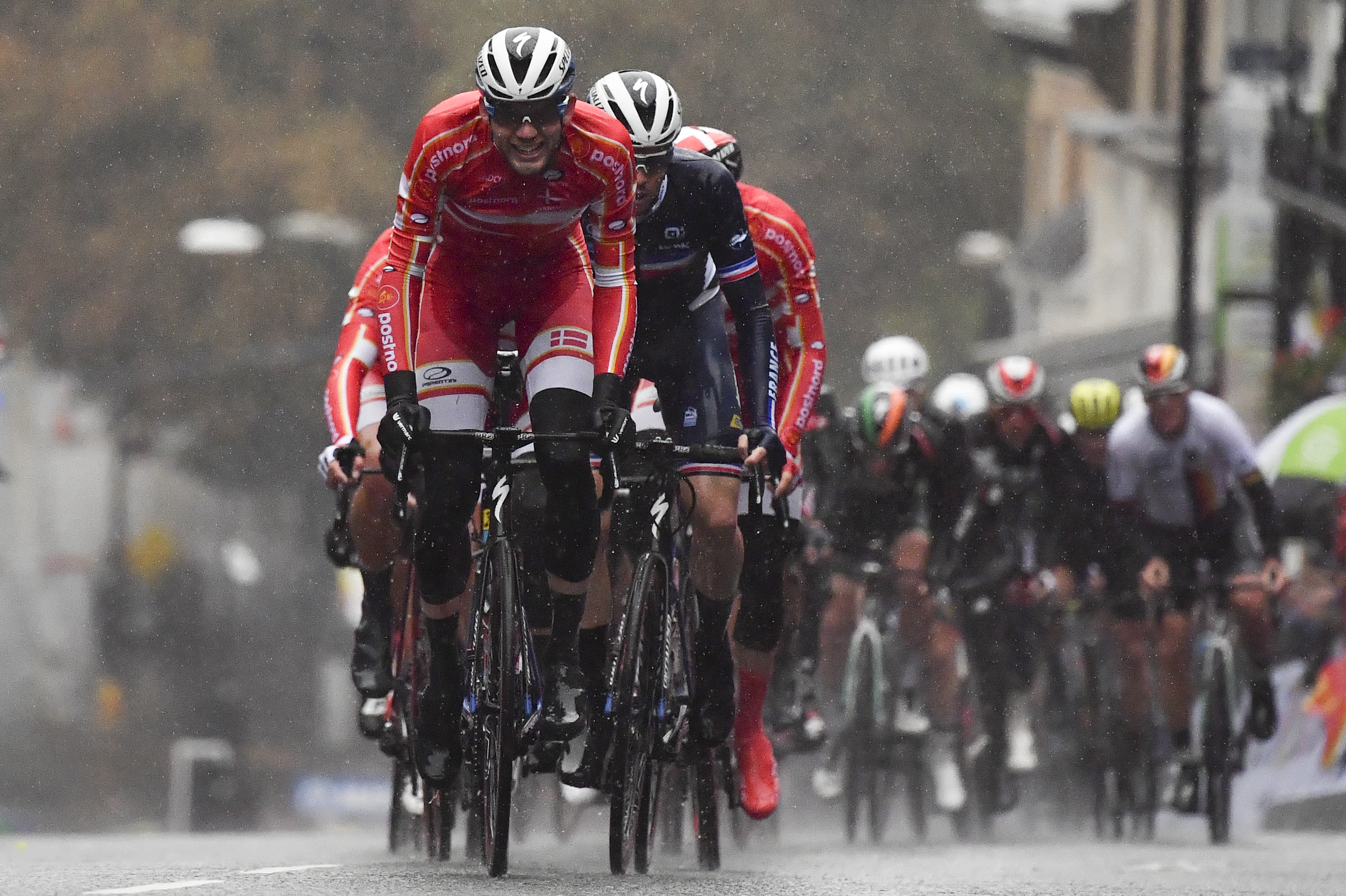 Pedersen, que sucede en el palmarés al español Alejandro Valverde, superó en la meta a sus dos compañeros de escapada, el italiano Matteo Trentin, plata y que partía como favorito en el sprint entre estos tres corredores, y al suizo Stefan Kung, bronce