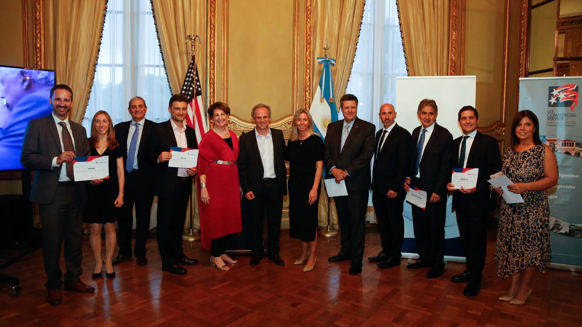 Las 10 empresas que fueron reconocidas por AmCham, acompañadas por los CEO's de Amcham, IBM, Whirpool y Visa
