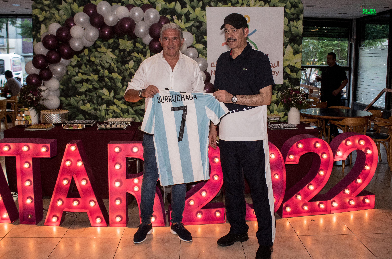 Jorge Burruchaga junto al embajador del Estado de Qatar, S.E. Battal M. Al Dosari, con la camiseta original que usó cuando la Selección Argentina ganó el Mundial de 1986