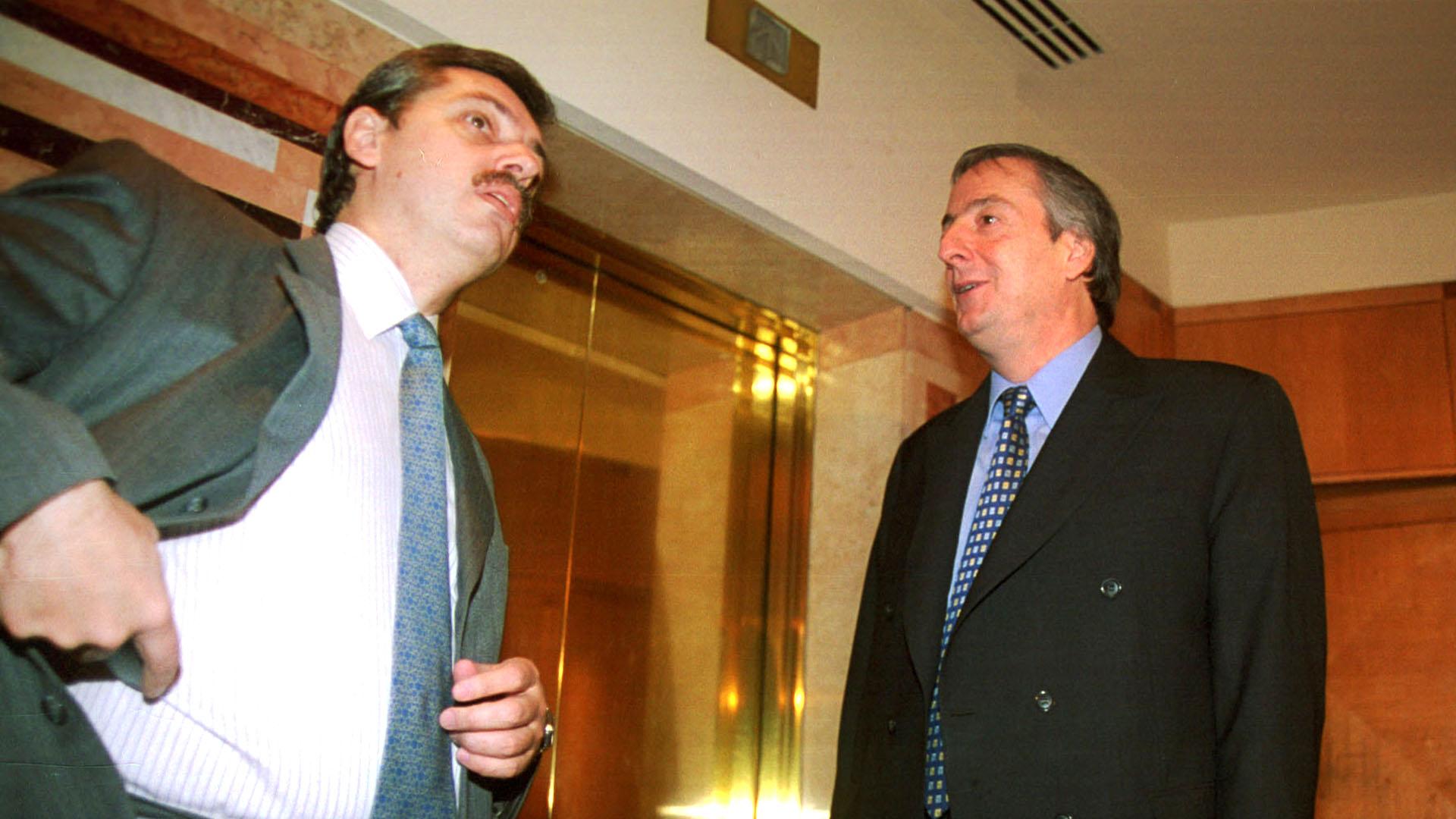 El 19 de abril de 2001, acompañó al entonces gobernador de Santa Cruz a un acto en el Club Unione e Benevolenza, en la Ciudad de Buenos Aires, en el que estuvo junto al titular de la CGT disidente, Hugo Moyano. Así comenzó la apuesta por la candidatura presidencial de Néstor Kirchner, que llegaría dos años después.