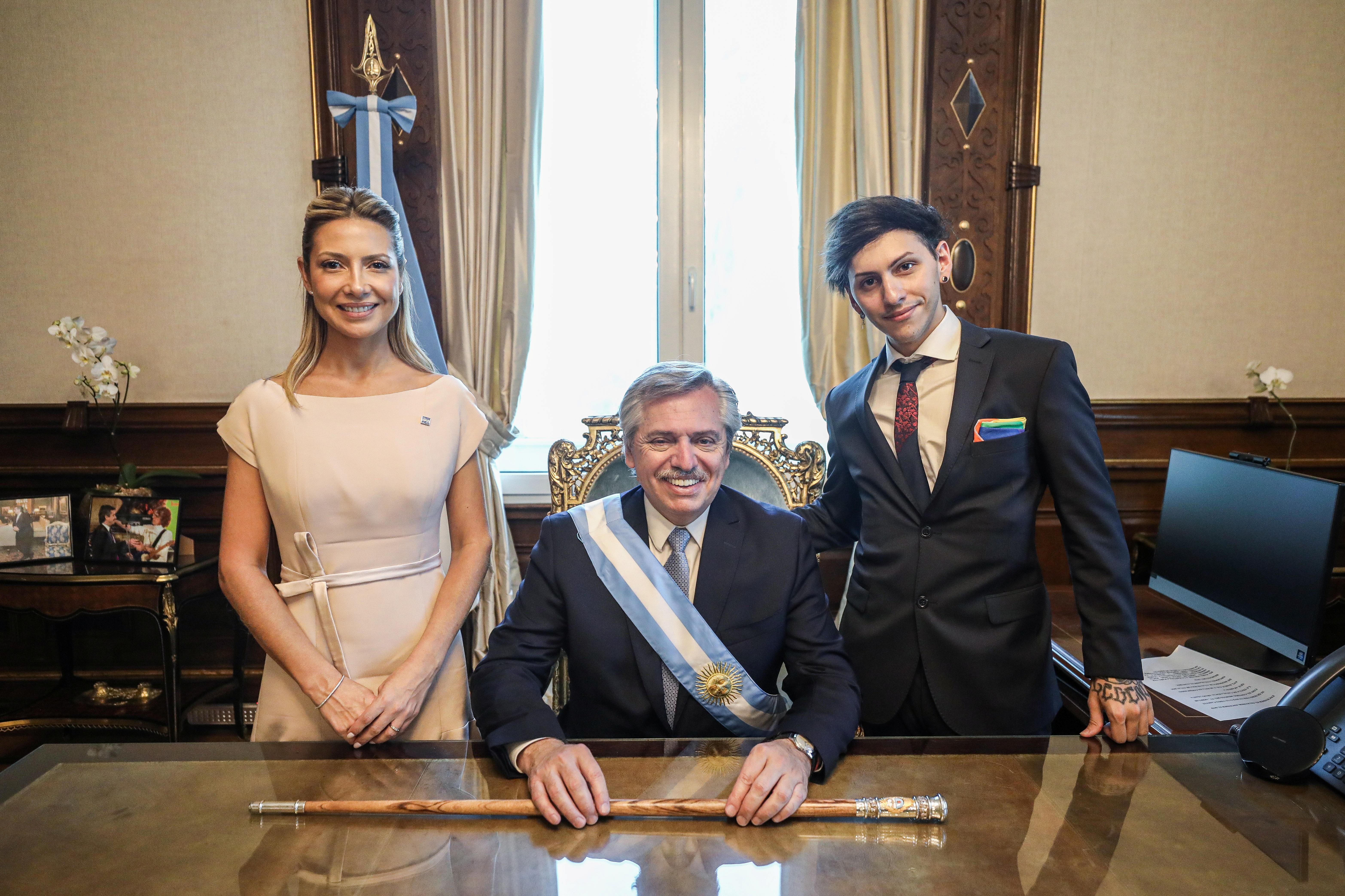 La primera dama Fabiola Yáñez, el presidente Alberto Fernández y su hijo Estanislao Fernández en el despacho presidencial