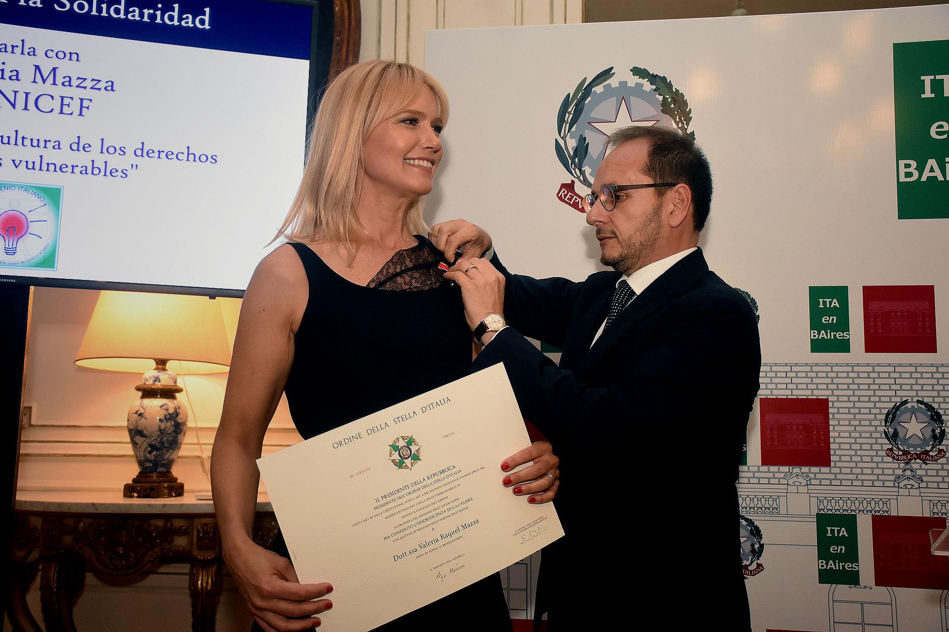 El momento en que Valeria Mazza recibe la condecoración, de manos del embajador de Italia