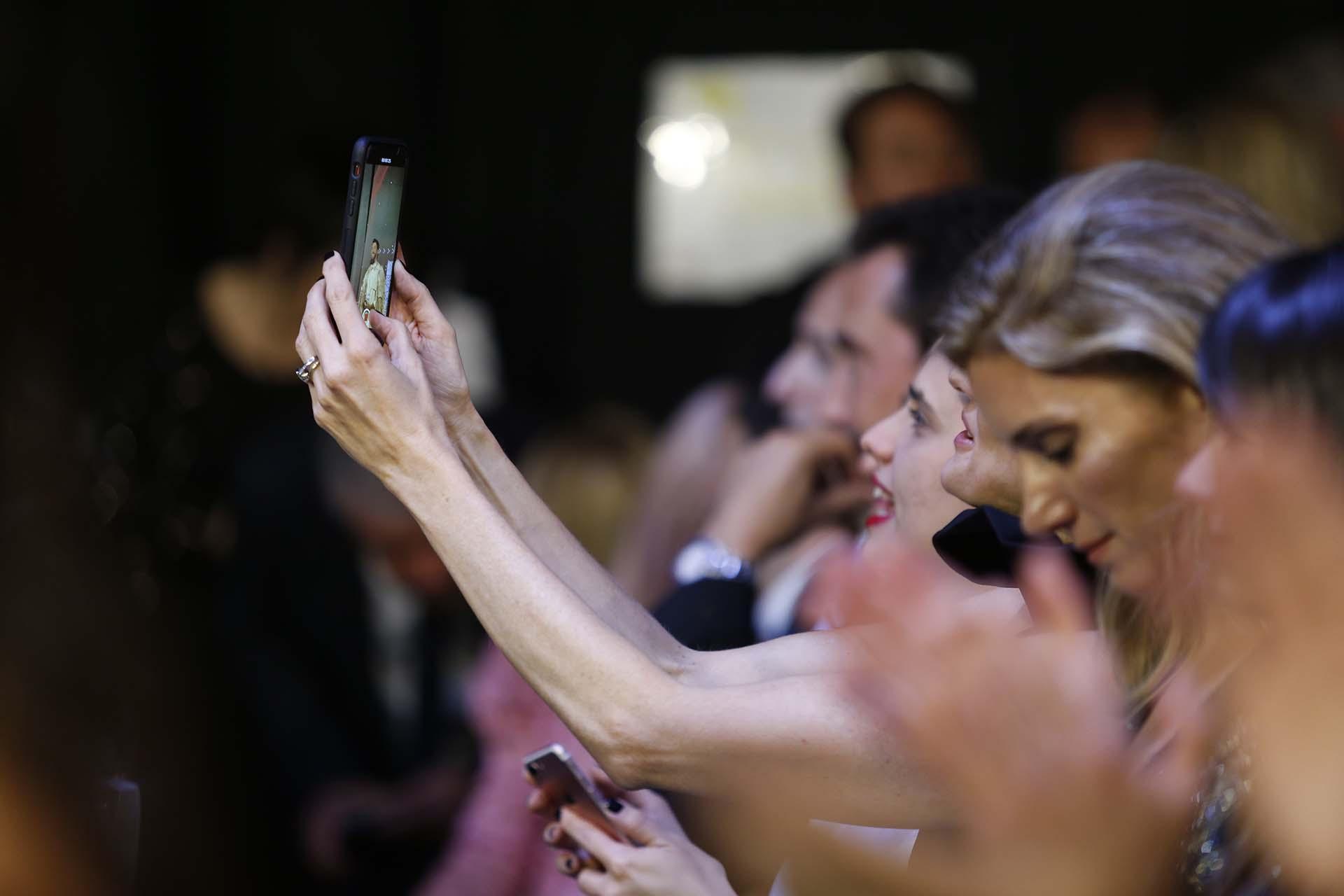 Todos quisieron llevarse fotos y videos de la gala del glamour